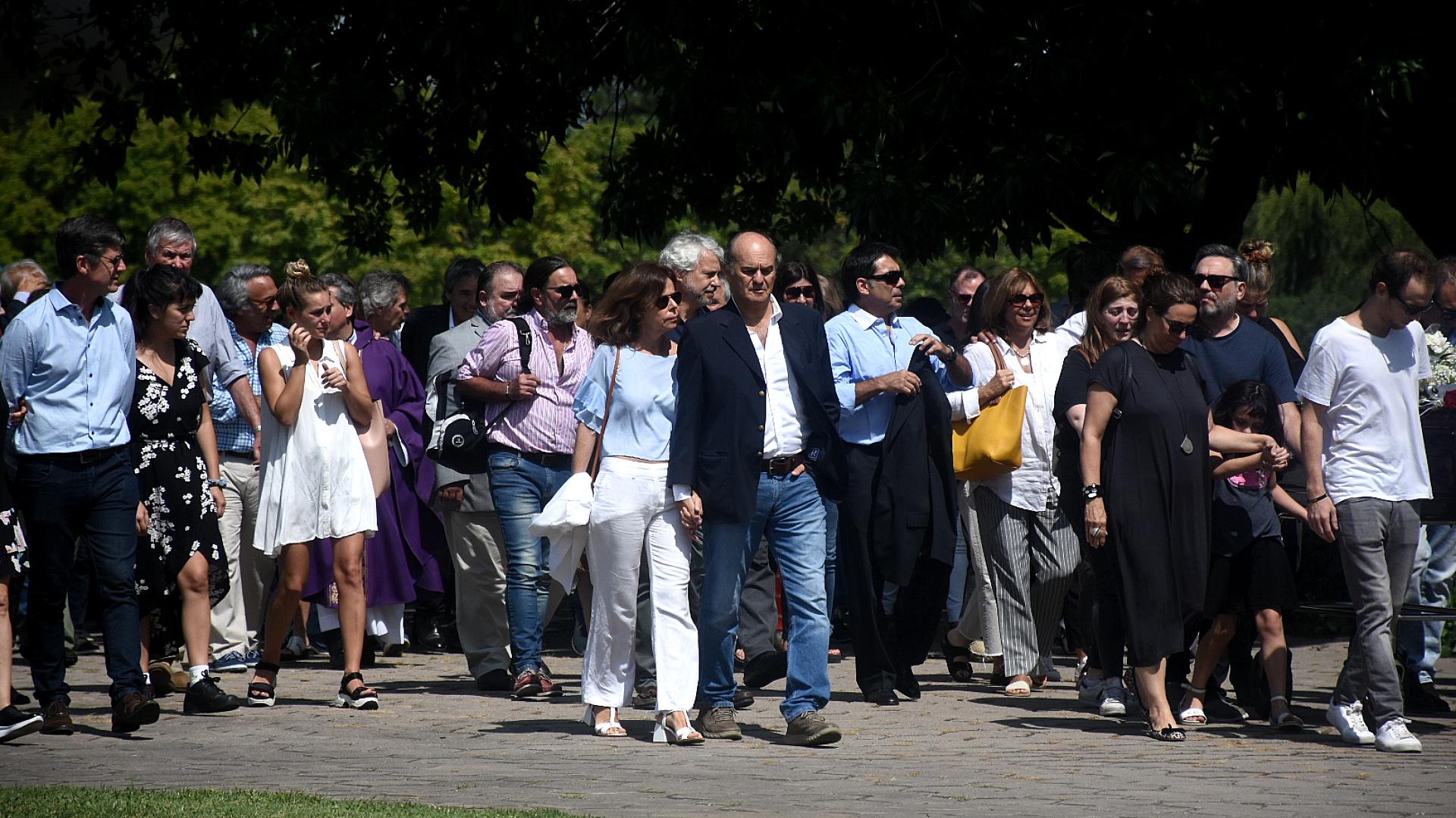 Amigos, familiares y colegas se acercaron al Jardín de Paz para despedir a Saravia