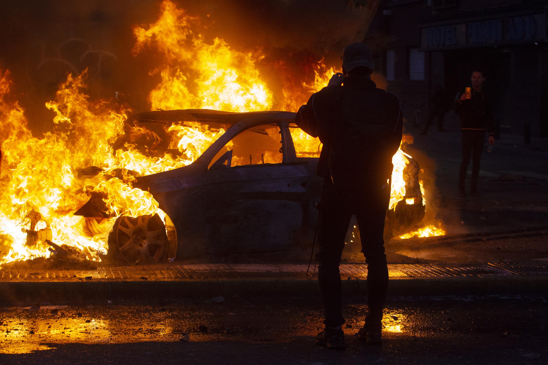 Un automóvil en llamas en las calles de Santiago.