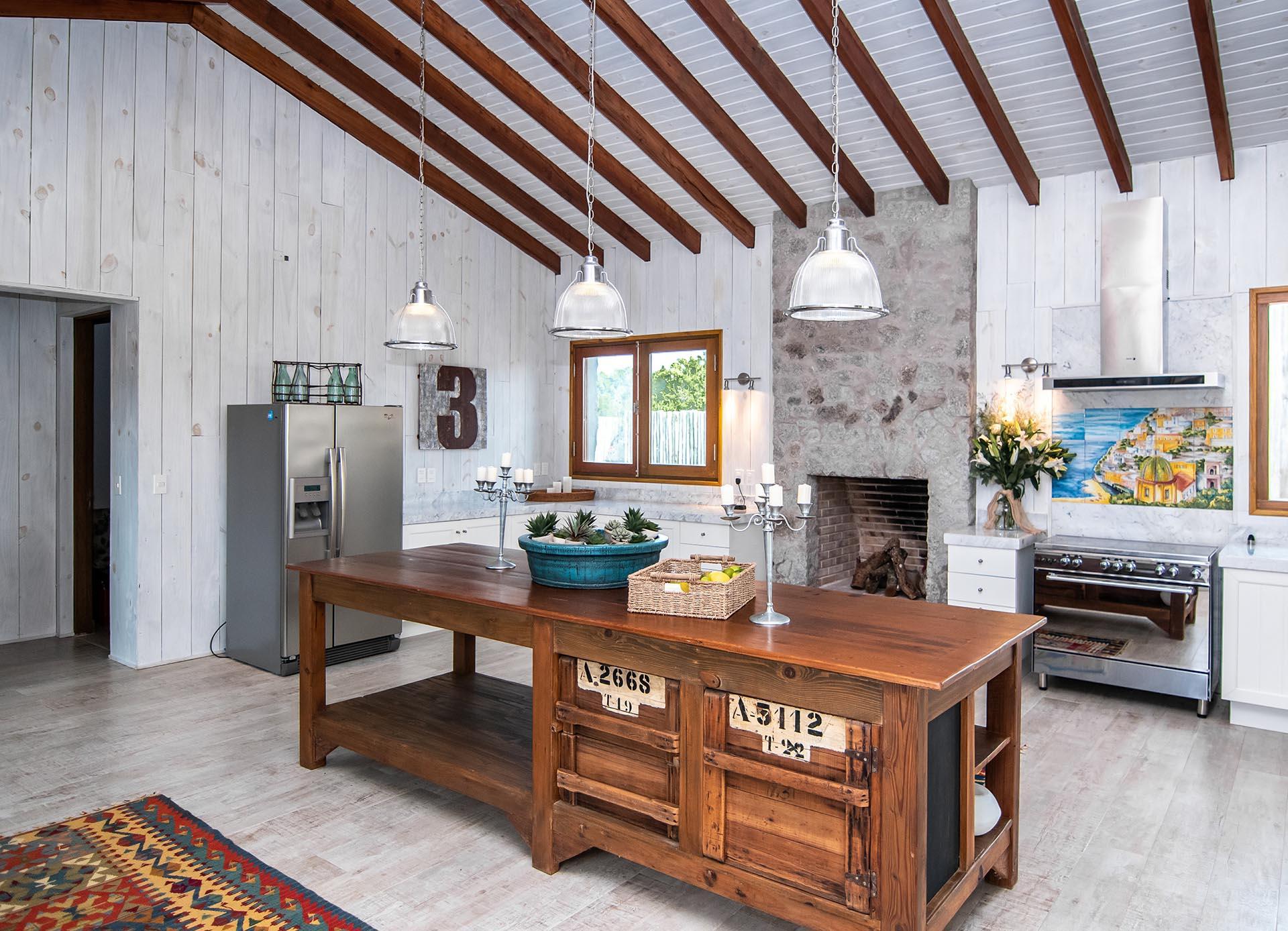 La casa de Susana Giménez tiene una gran mesa de comedor y, también, con un patio privado con parrilla, para disfrutar de una experiencia gastronómica al aire libre