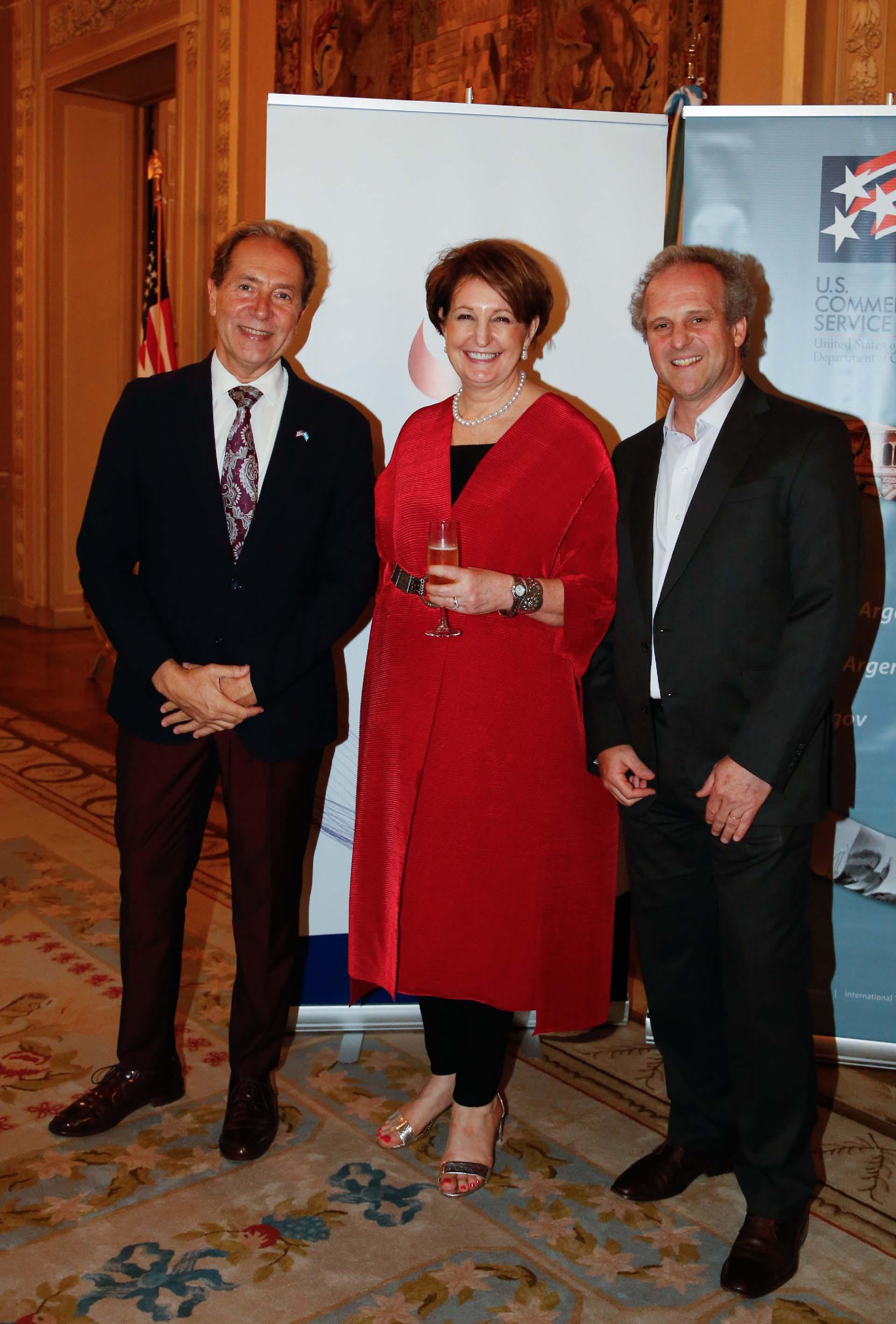 Gustavo D'Amuri, presidente de CCI Consultores de Comercio, junto a MaryKay Carlson y Roberto Alexander
