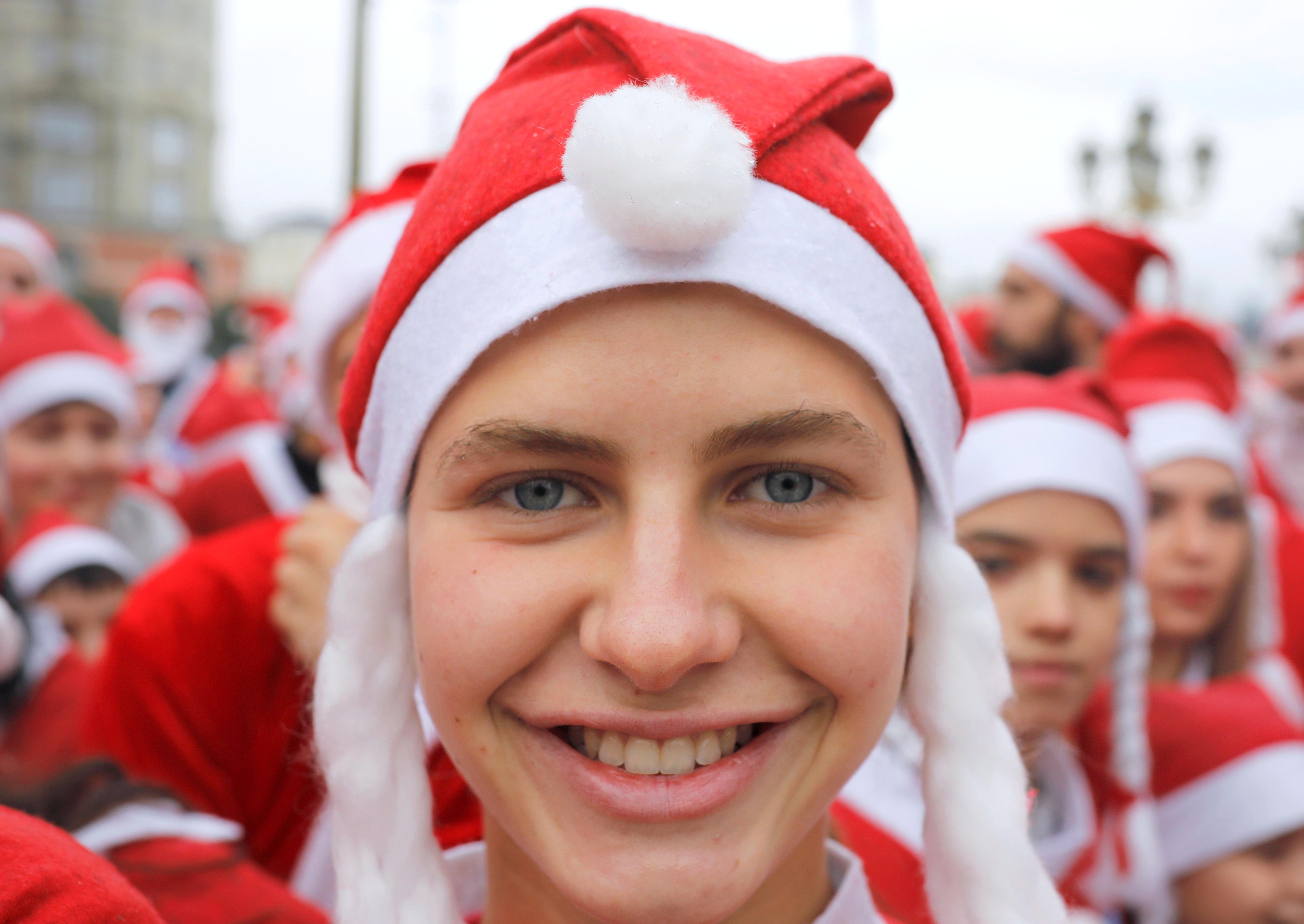 Personas vestidas con trajes de Papá Noel corren durante la carrera anual de la ciudad en Skopje, Macedonia del Norte, el 22 de diciembre de 2019 (Reuters/ Ognen Teofilovski)