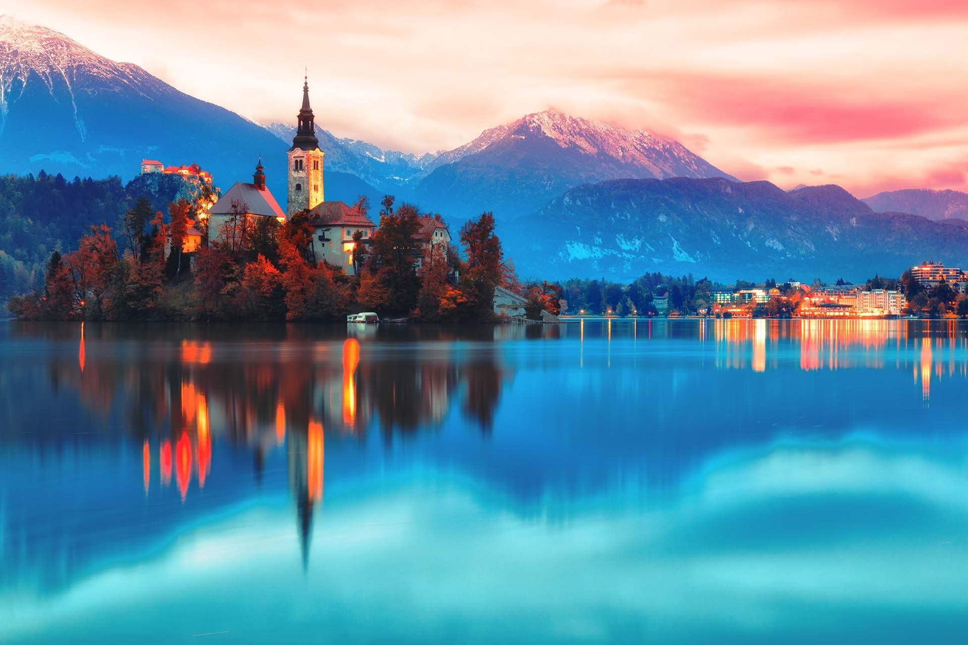 Pequeño pero perfectamente formado, hay belleza donde quiera que vayas, desde el castillo de cuento de hadas de 800 años de Predjama hasta los idílicos románticos del mágico lago Bled y los paisajes vírgenes del Parque Nacional Triglav, Eslovenia es un destino de ensueño