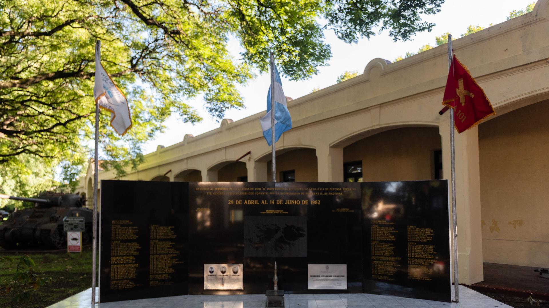 Monumento a Malvinas en el ingreso al predio del Museo del Ejército Argentino en los
