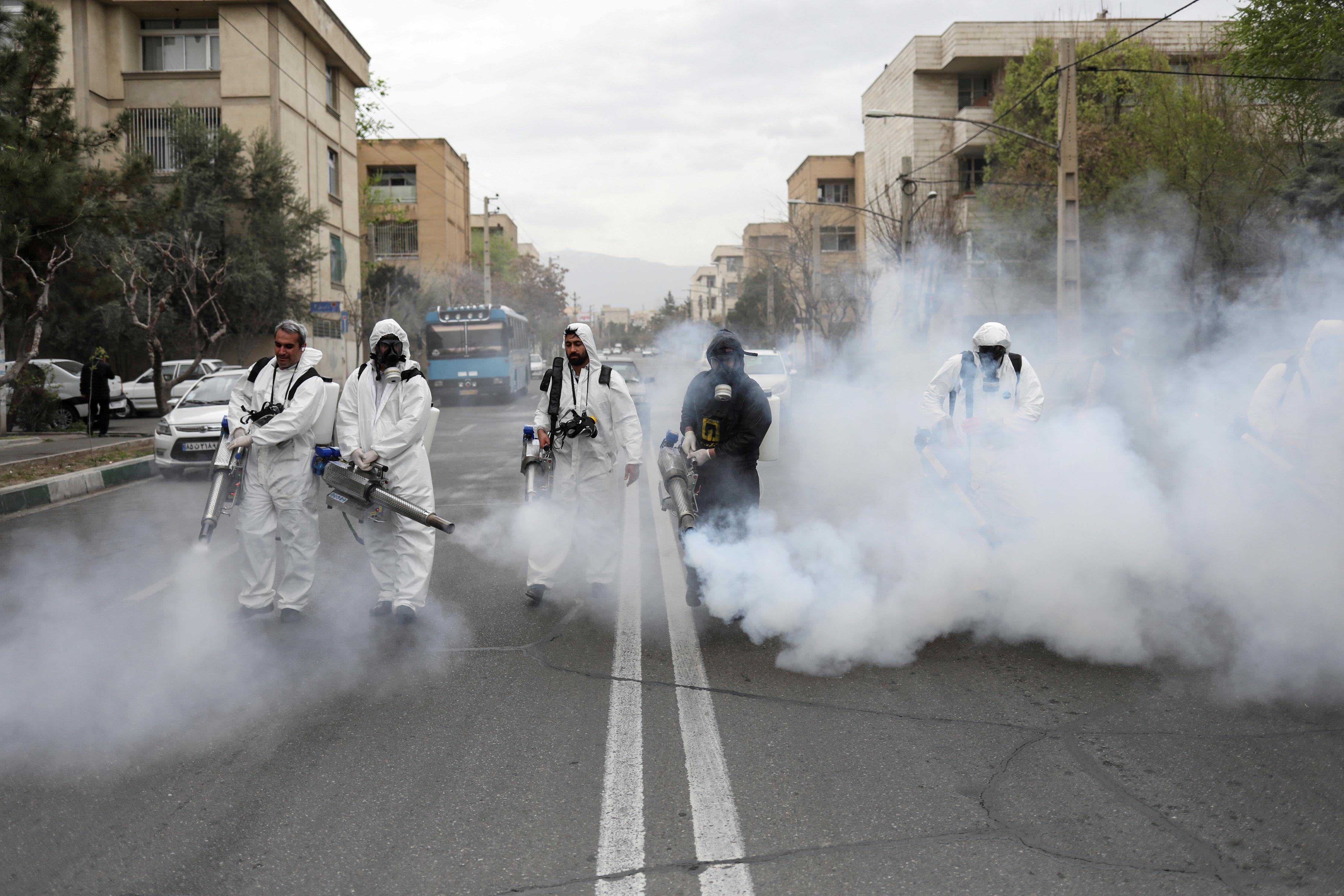 Trabajadores desinfectan las calles de Teherán, Irán (REUTERS)