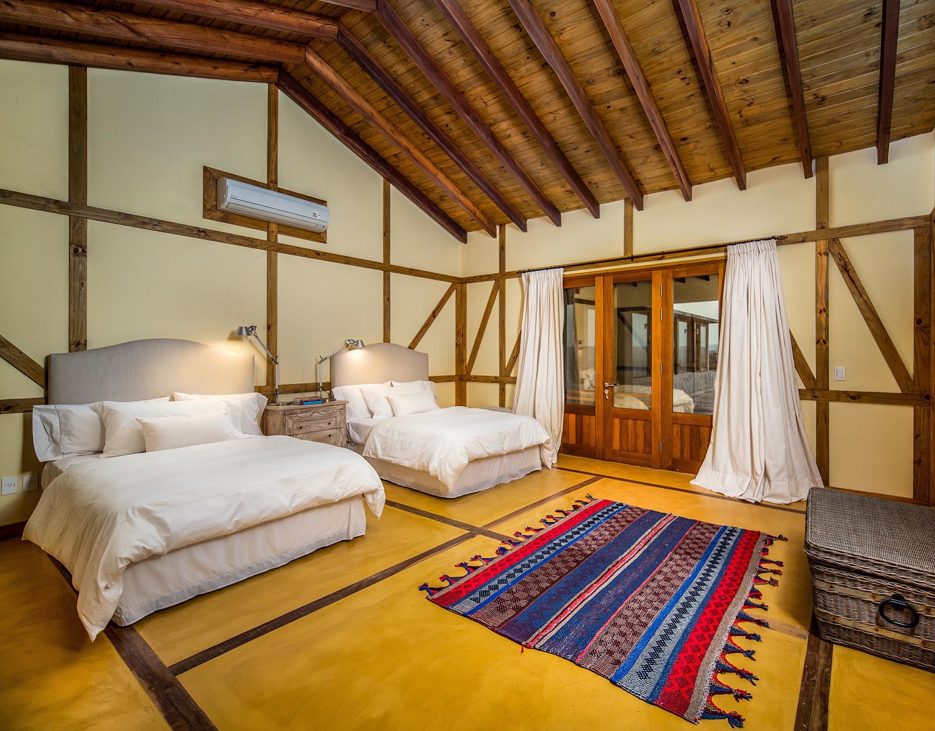 Hay cinco habitaciones, cinco baños y uno de visitas, con una gran terraza que se suma a la comodidad del hogar