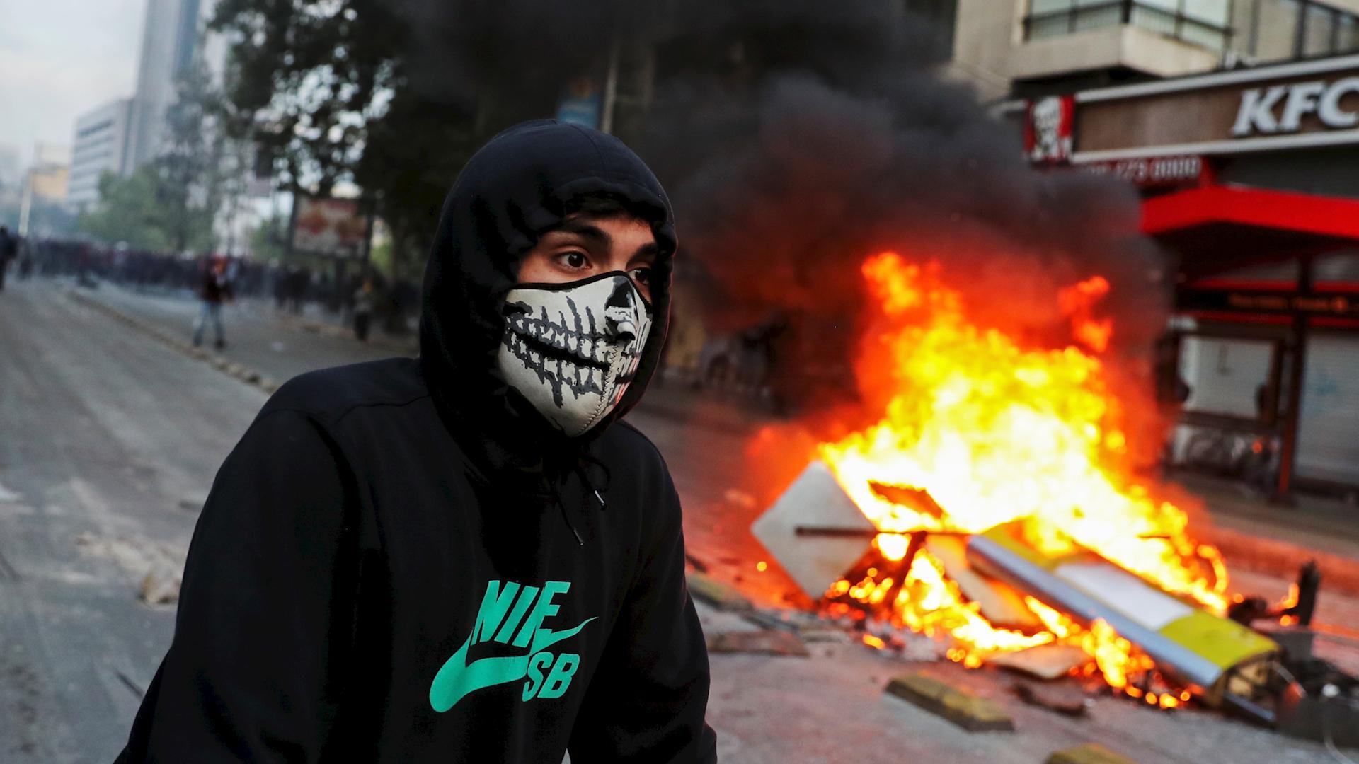 Las protestas estudiantiles en Santiago se extendieron y radicalizaron en pocos días, abarcando a diversos sectores sociales y empujando al presidente Sebastián Piñera a declarar un toque de queda en varias partes del país.