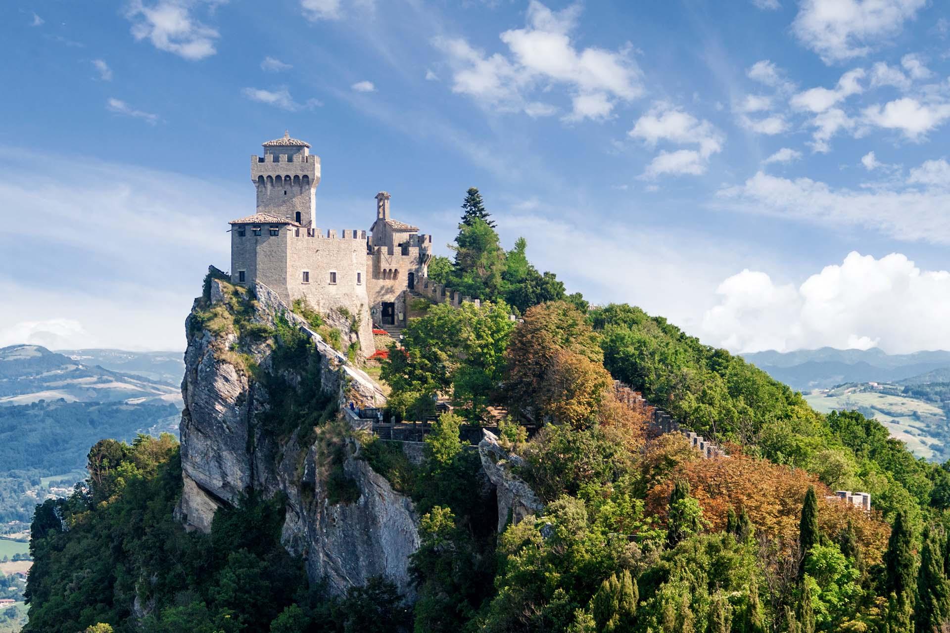 Ubicado en el este, justo por encima de la pantorrilla exterior de la bota de Italia, San Marino es completamente independiente del país que lo rodea. De campos de estilo toscano y hermosas calles empedradas, el lugar tiene su propio castillo de cuento de hadas en la cima de Monte Titano, Patrimonio de la Humanidad por la UNESCO