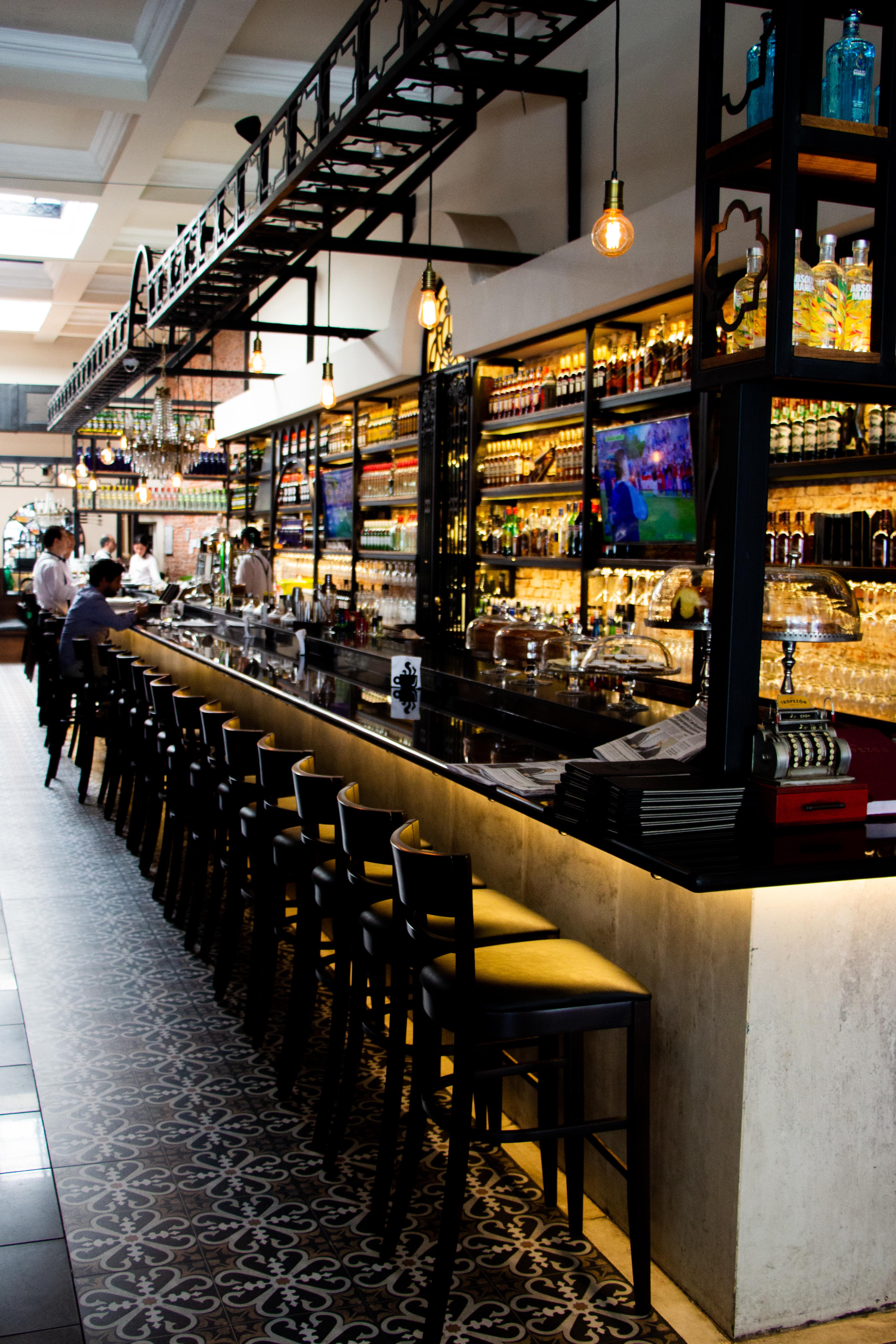 """""""No vayas a lecherías a pillar café con leche. Morfate tus pucheretes en el viejo Tropezón. Y si andás sin medio encima, cantale ¡Fiao! a algún mozo. En una forma muy digna pa' evitarte un papelón"""", cantaba Carlos Gardel 90 años atrás sobre su restaurante preferido: El Tropezón"""