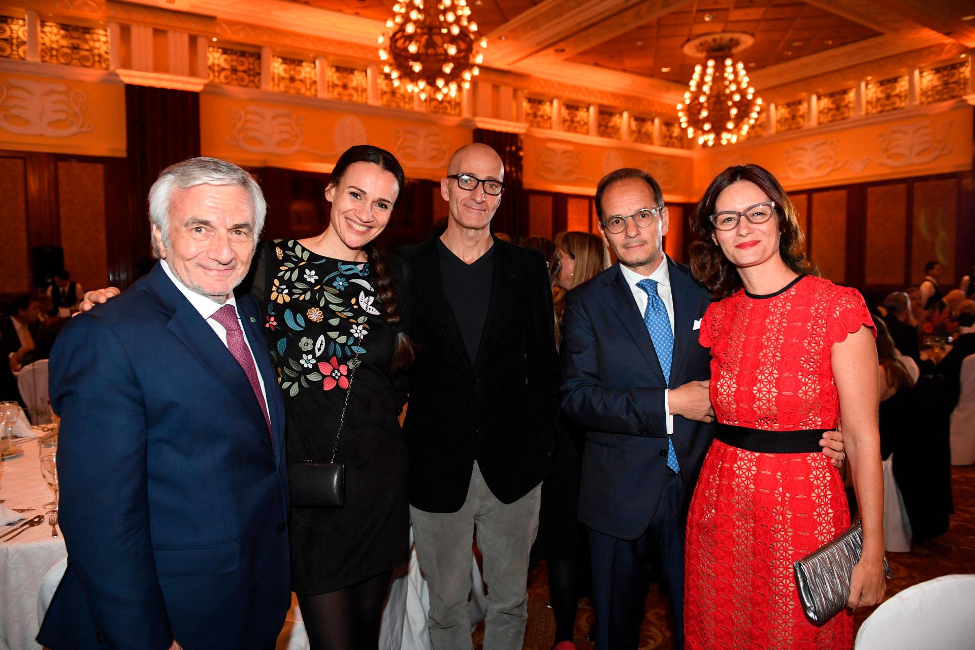 Claudio Zin junto a Elisabetta Riva, directora general del Teatro Coliseo y del ciclo Nuova Harmonia; el embajador Giuseppe Manzo y su mujer Alma