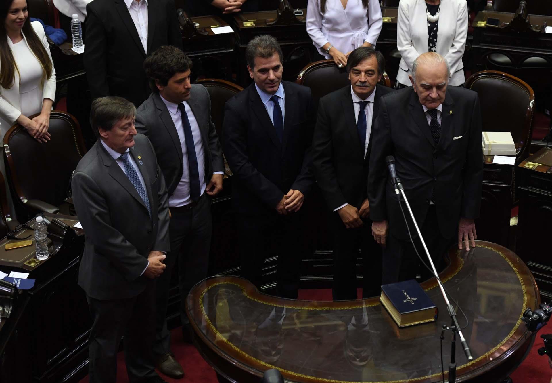 Cristian Ritondo será el presidente del bloque del PRO. A su izquierda, el radical Miguel Bazze y Alberto Asseff