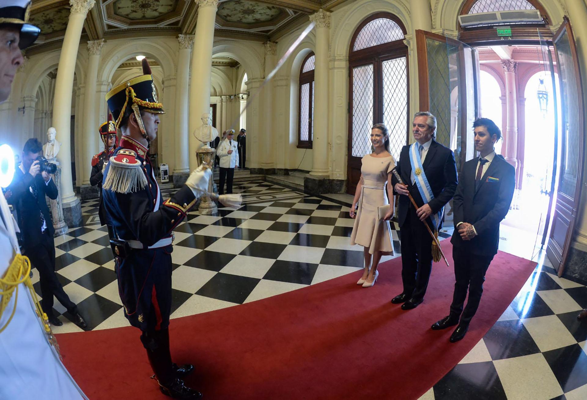 La familia presidencial fue recibida por los Granaderos en la Casa Rosada