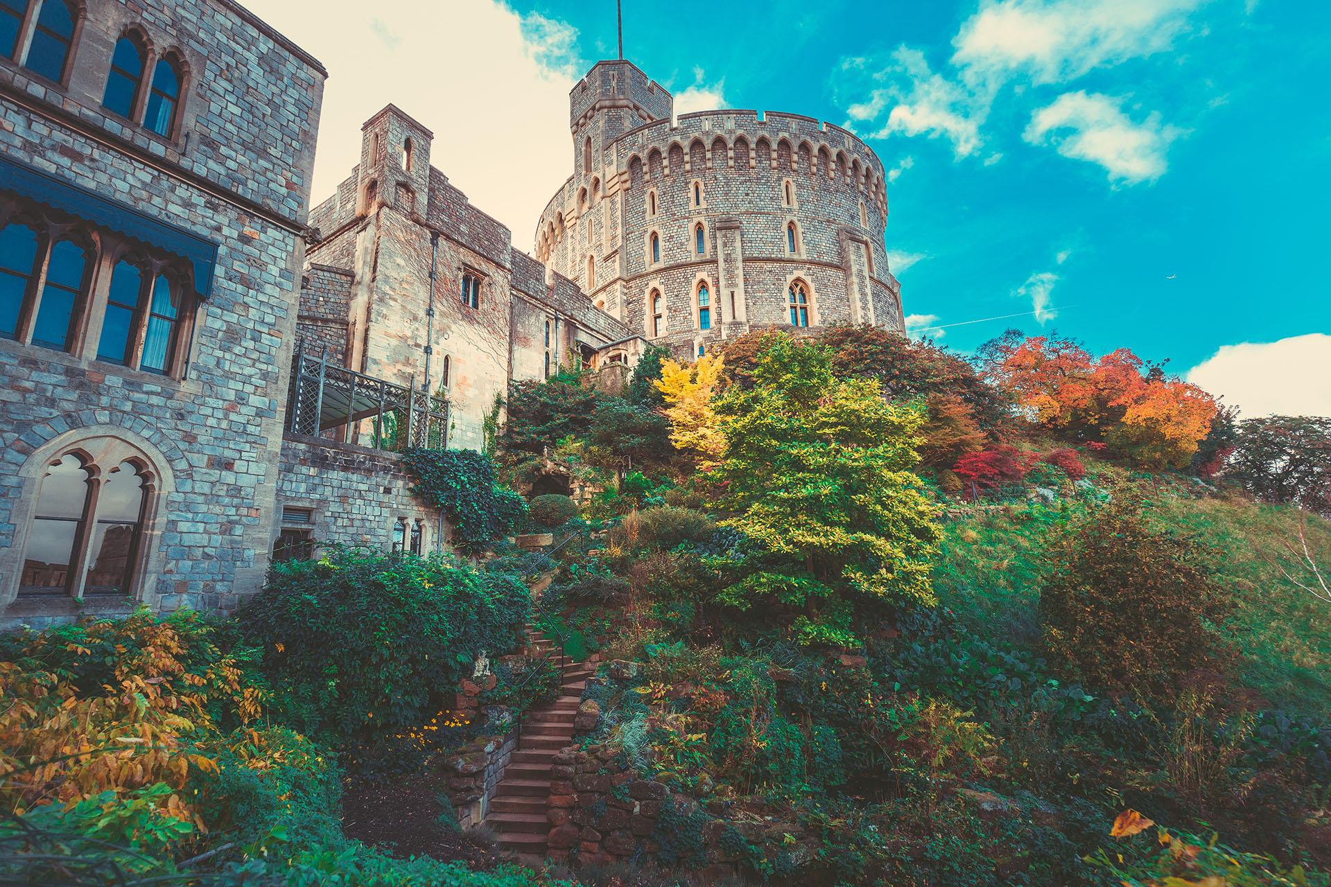 En el corazón del castillo de Windsor se halla el Recinto Central, amurallado en torno a una colina artificial en el centro mismo del recinto. La mota tiene quince metros de altura y está hecha de piedra caliza excavada originalmente del foso circundante