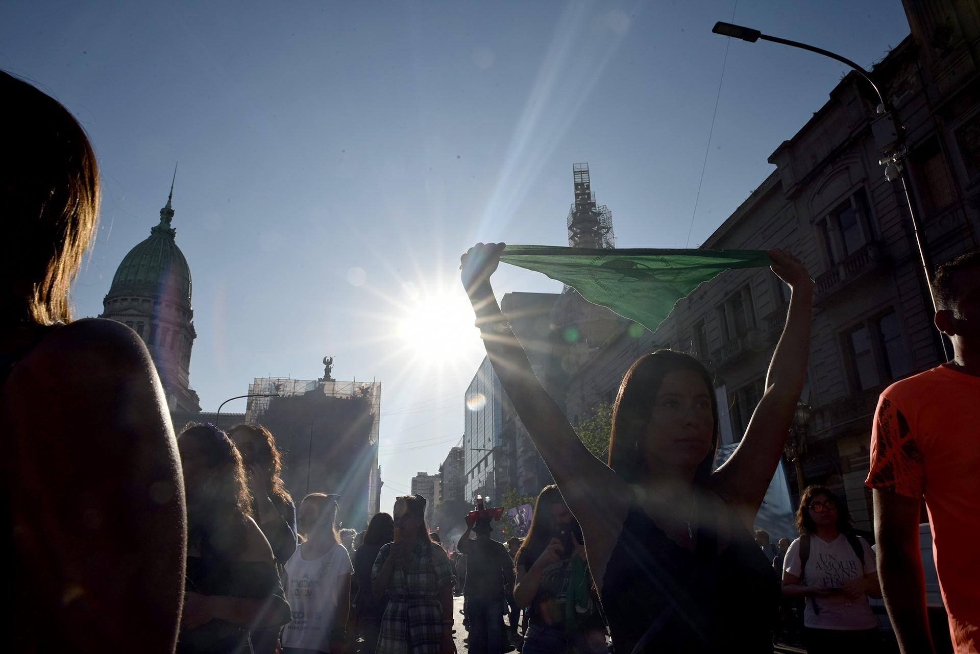 Miles de mujeres llevaron carteles y pañuelos con consignas a favor del aborto