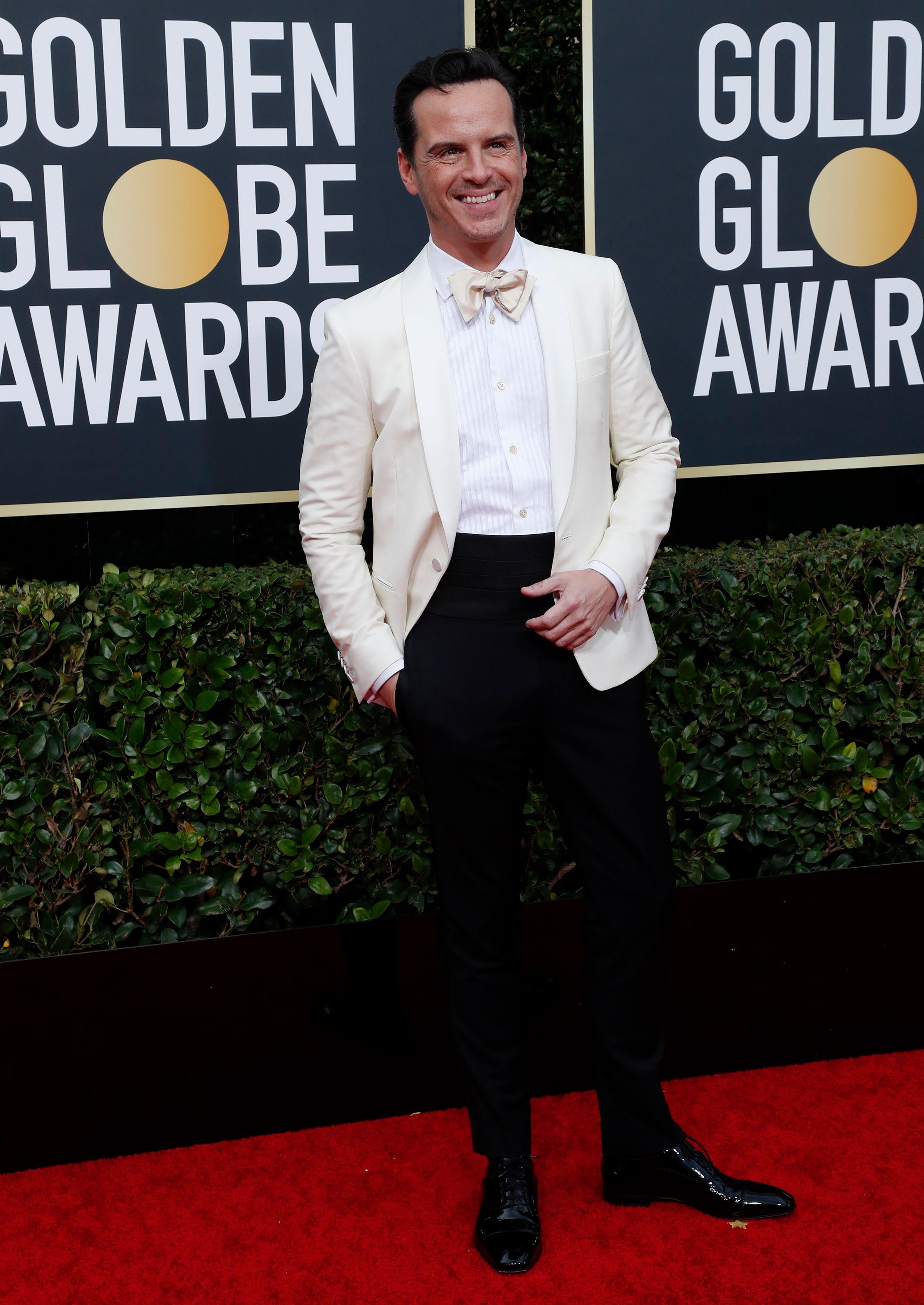 Andrew Scott lució un esmoquin bicolor de saco blanco y pantalón negro con camisa blanca y moño blanco. Completó su atuendo con zapatos de cuero negros