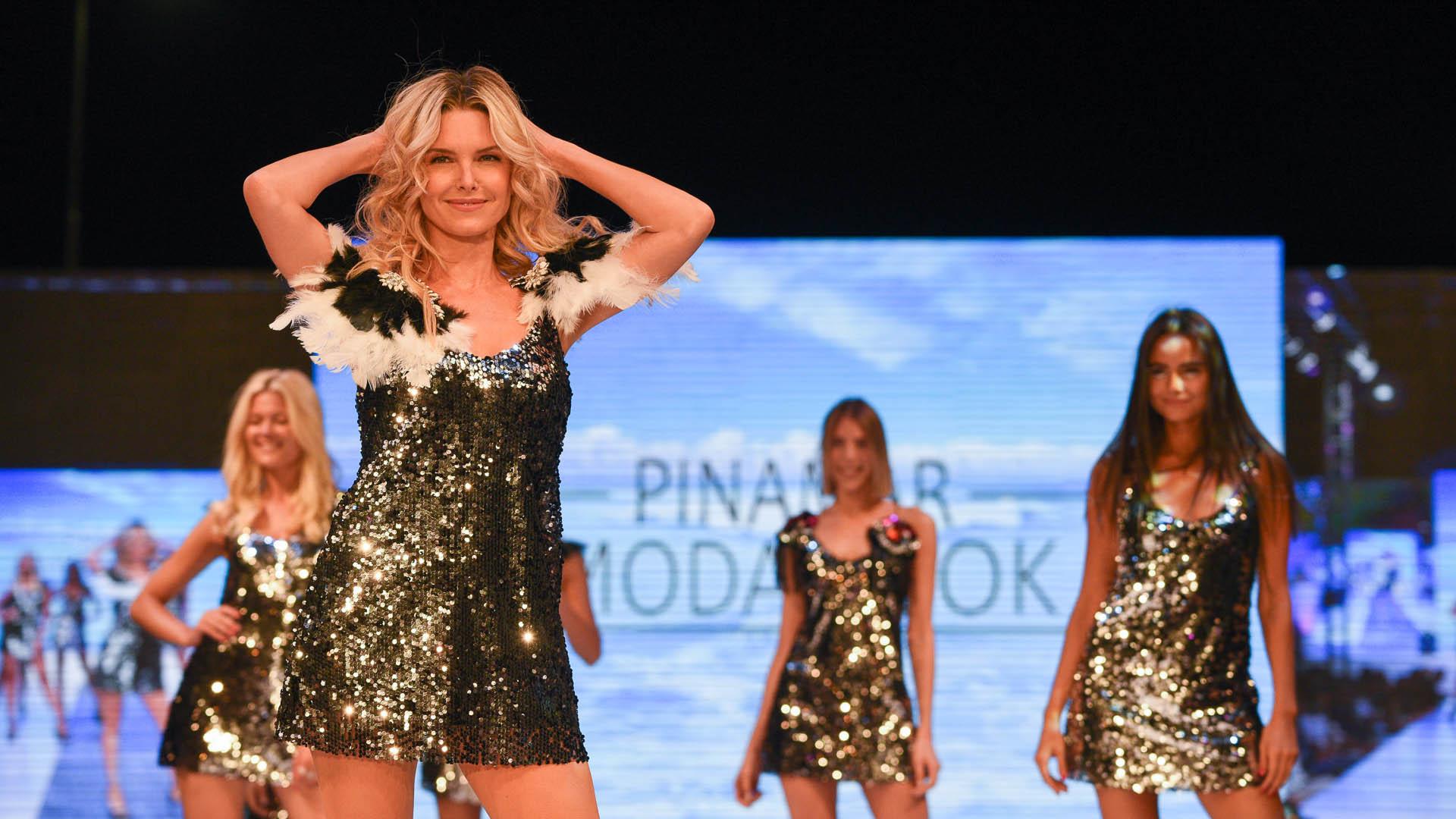 Sofía Zámolo fue la encargada de abrir la pasada de Vip Peluquerías. Todas las modelos lucieron vestidos metalizados, bordados y con plumas, tres tendencias que sin dudas fueron las estrellas del Pinamar Moda Look 2020