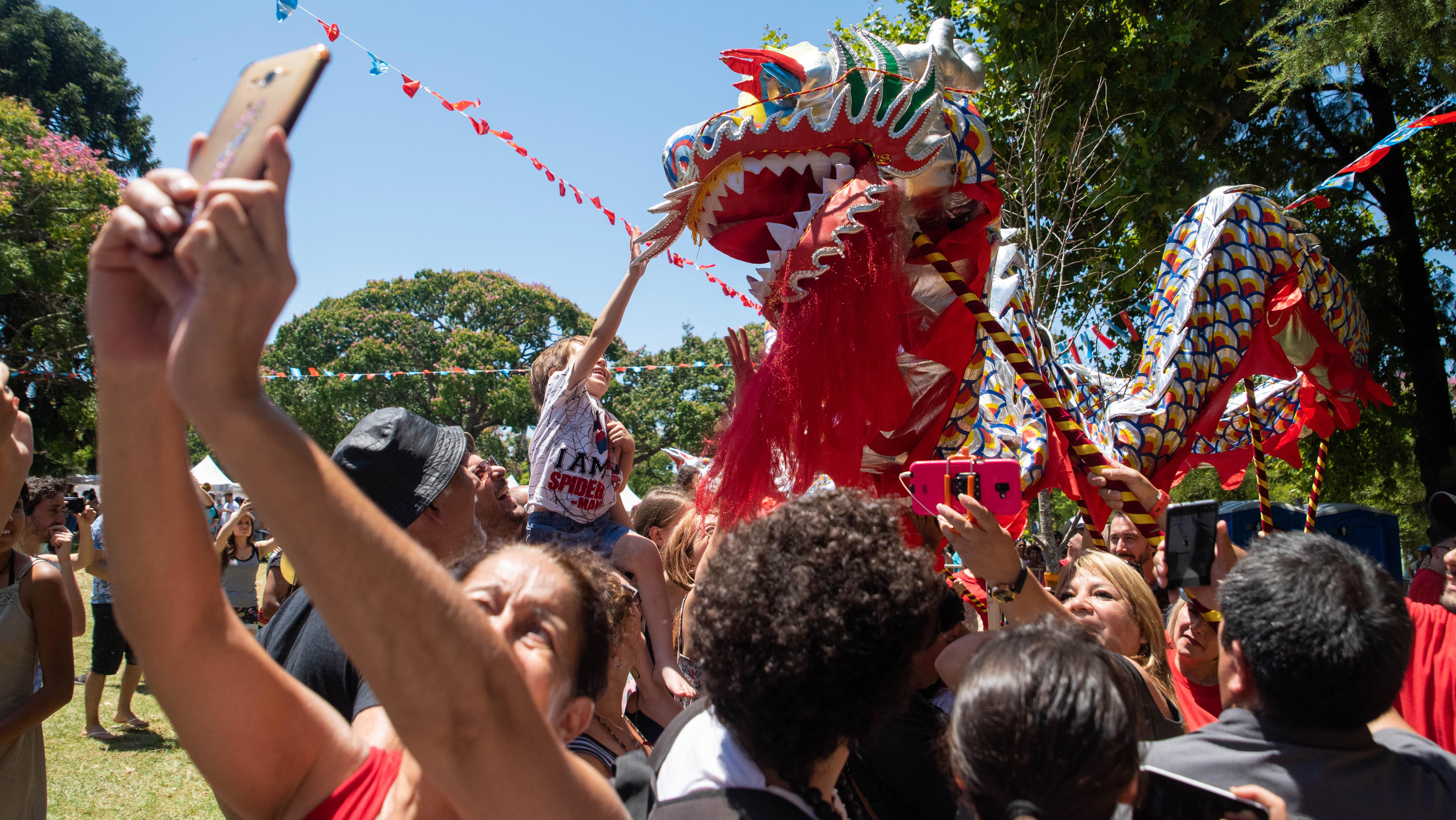 La gente aprovechó para sacarse fotos con el dragón.
