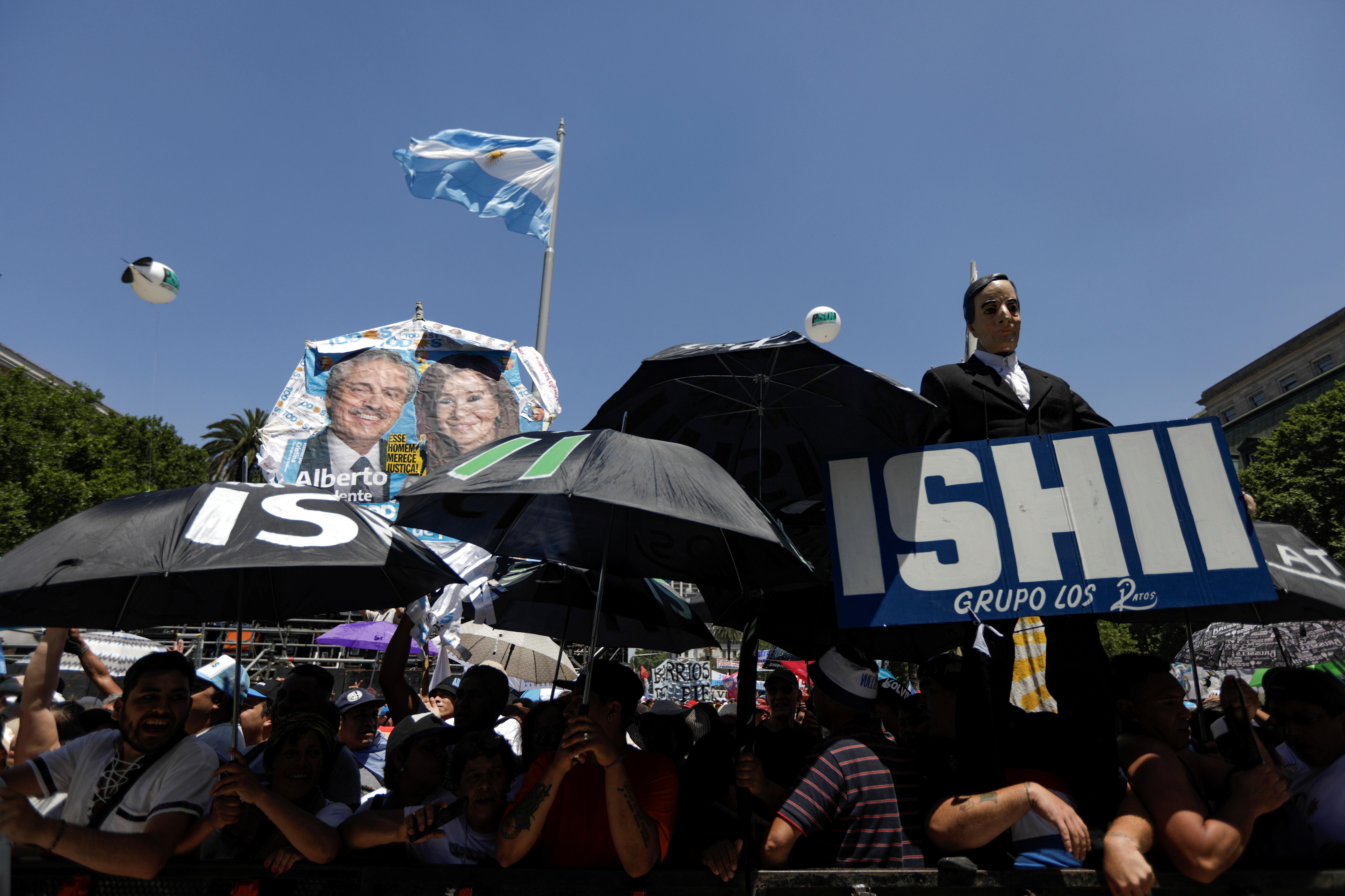 Miles de militantes llegan a la Plaza de Mayo y a las inmediaciones del Parlamento