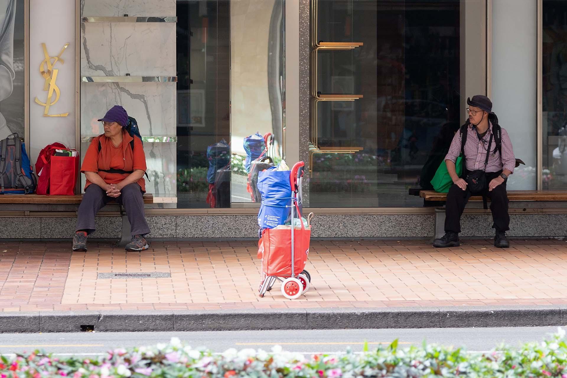 Dos personas esperan un autobus en el centro de Wellington, en Nueva Zelanda.