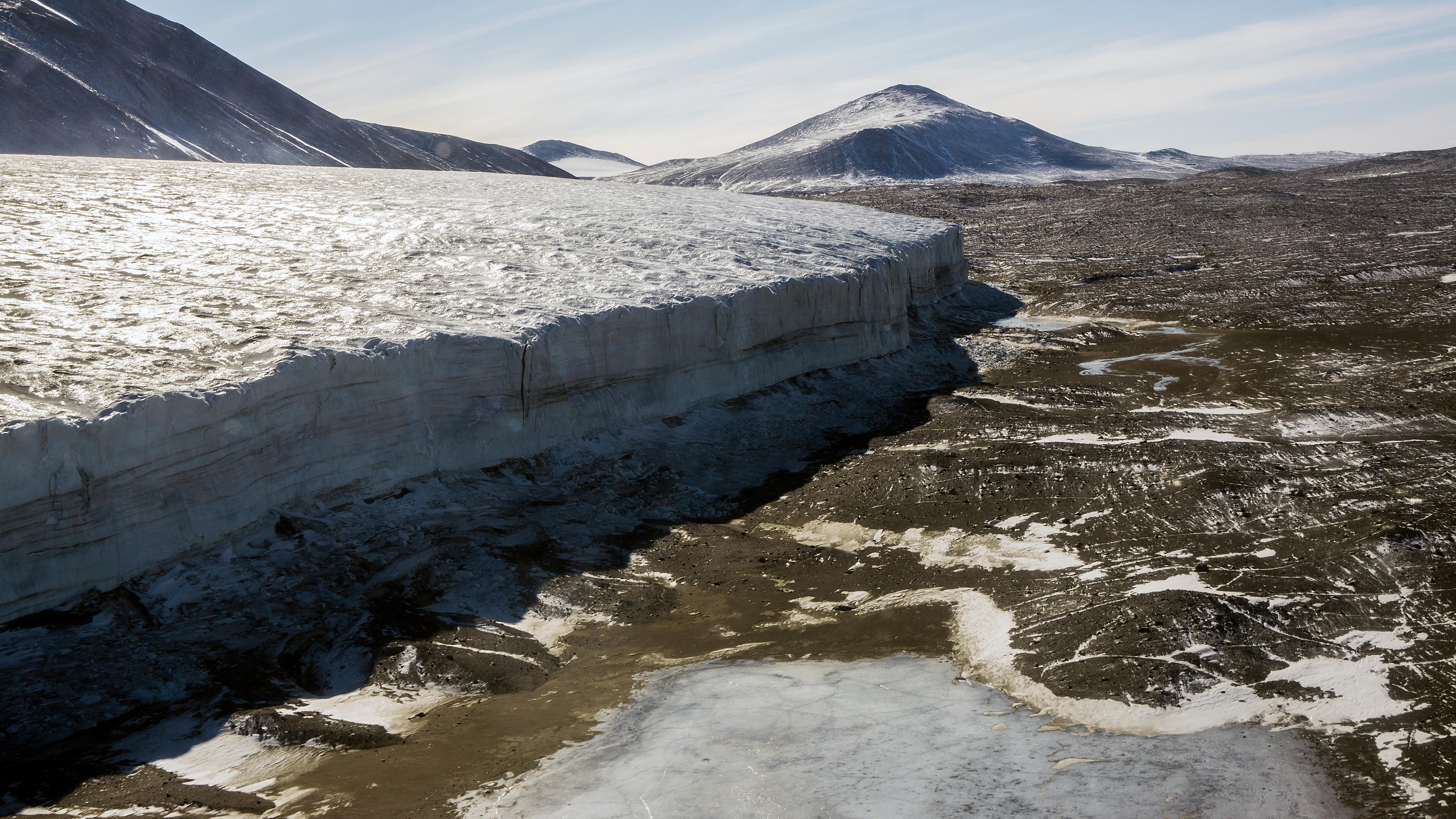 Sorprendentemente, el lugar más seco de la Tierra no es el desierto del Sahara, sino la Antártida. En los valles secos de la Antártida no ha llovido durante dos millones de años, por lo que se considera el lugar más seco del mundo