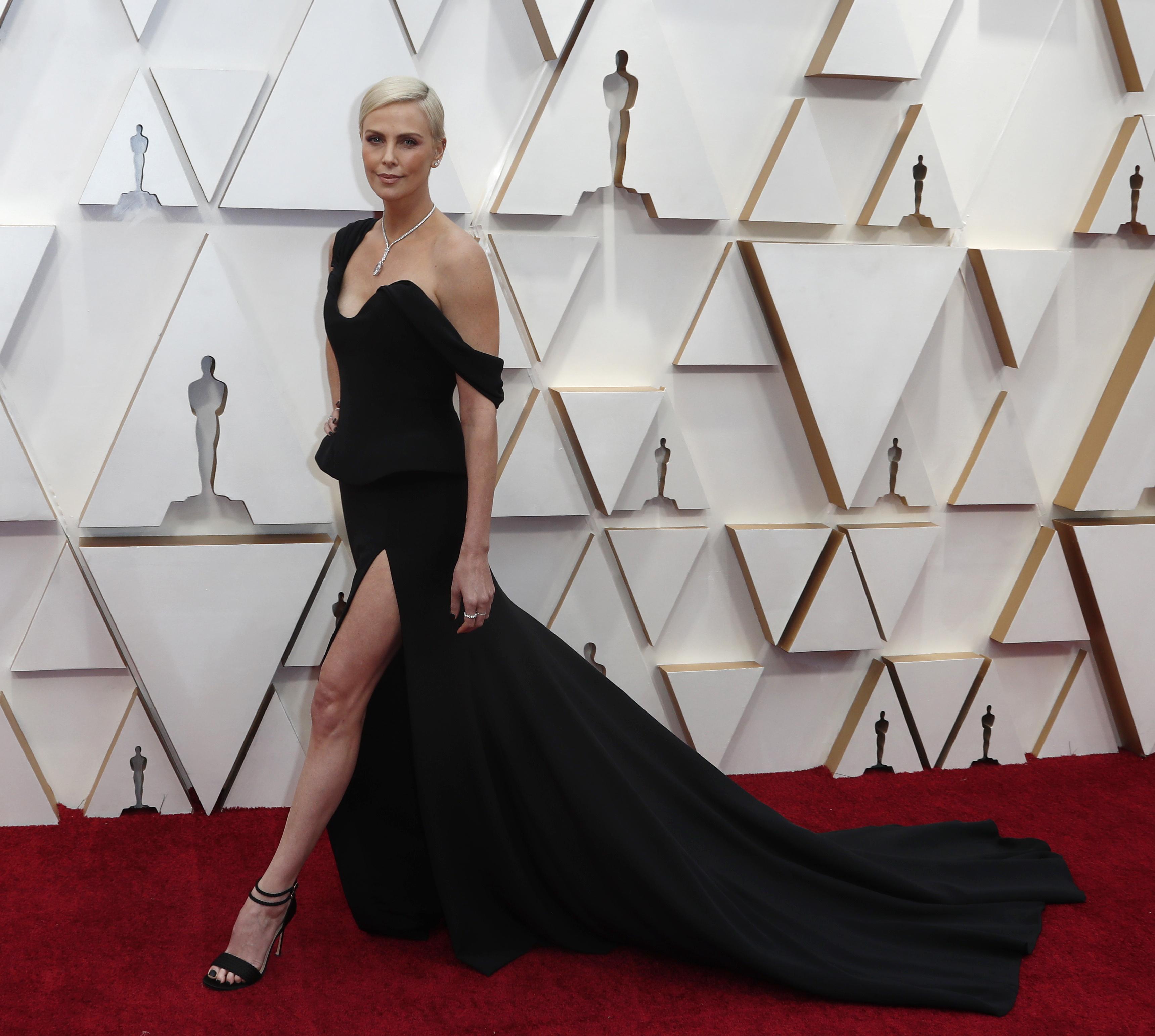 De un solo hombro y gran tajo, Charlize Theron eligió al color negro para los Oscars en su edición número 92. Con sandalias de doble pulsera y la tendencia de peplum en su vestido, la actriz llegó a la red carpet más esperada del año