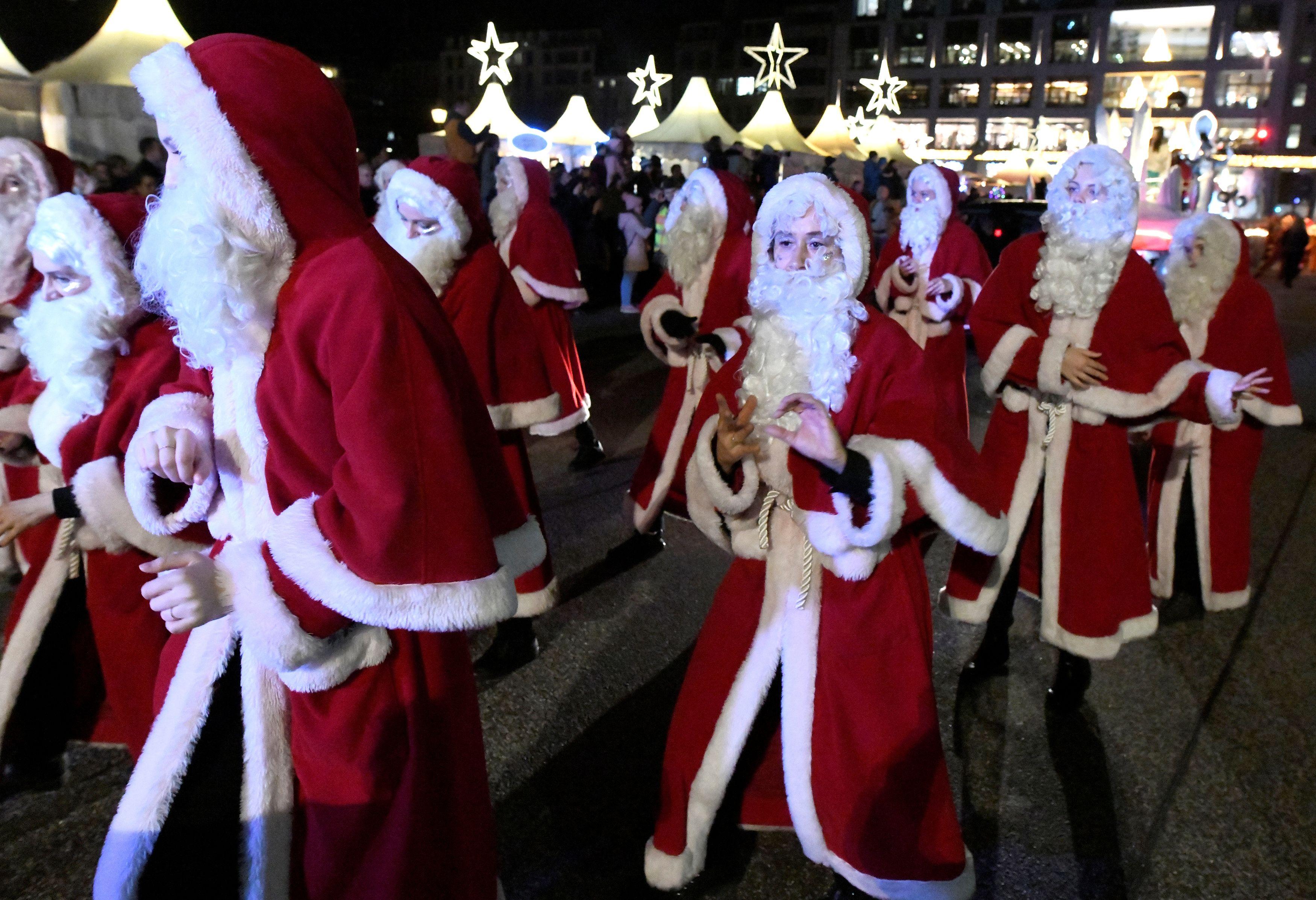Personas vestidas como Santa Claus participan en un desfile en un mercado navideño en Hamburgo, Alemania, el 21 de diciembre de 2019 (Reuters/ Fabian Bimmer)