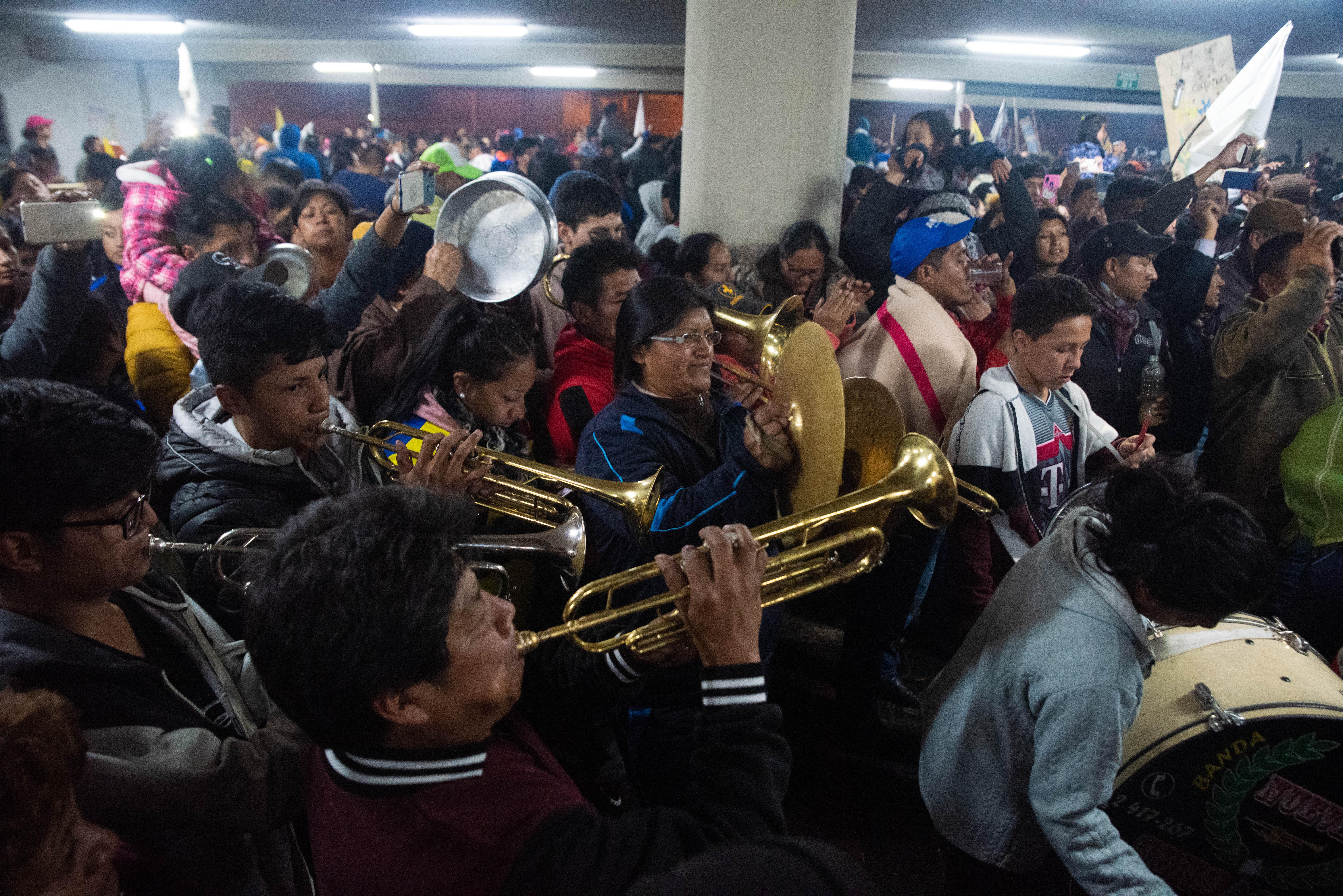Una multitud con trompetas, platillos, trombones y otros instrumentos salieron a tocar música para romper el ruido del toque de queda que reinaba en las calles de Quito desde el sábado.