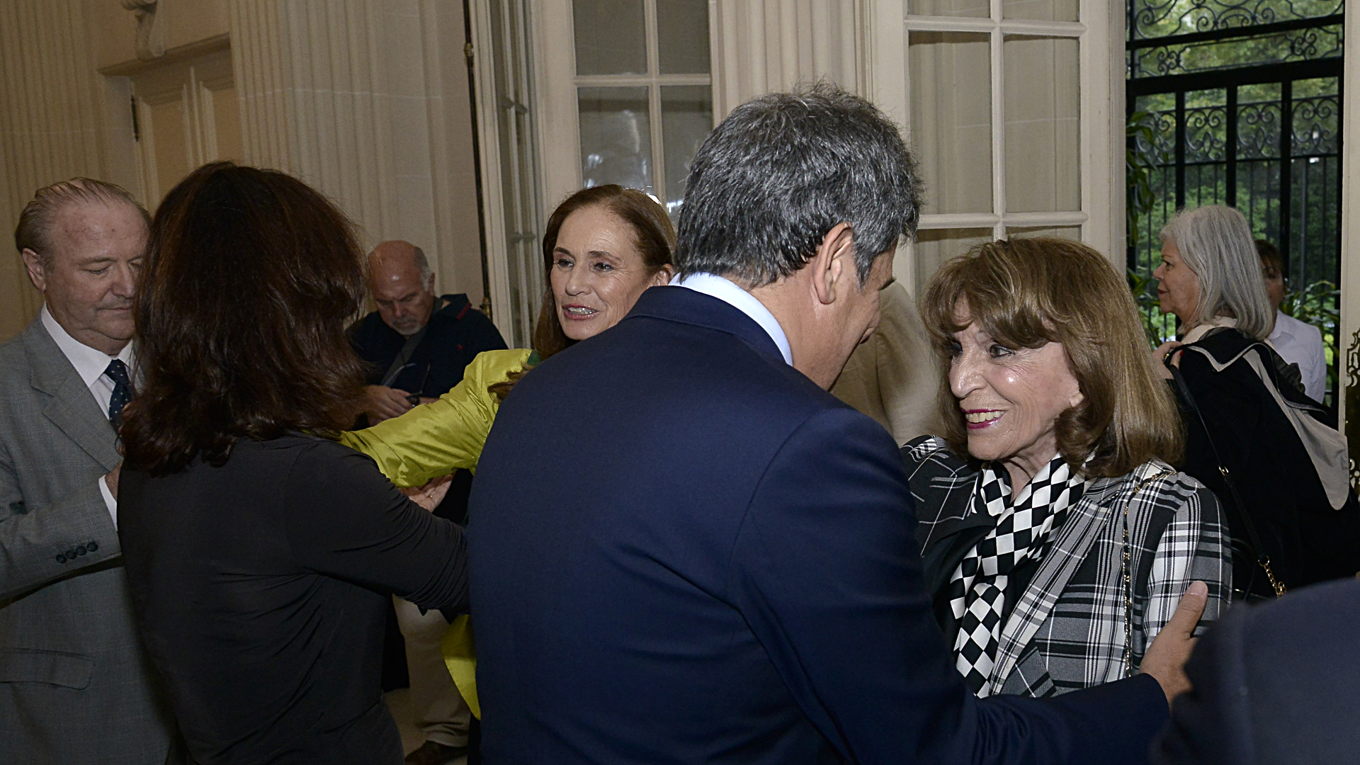 El saludo entre Facundo Manes y Magdalena Ruiz Guiñazú