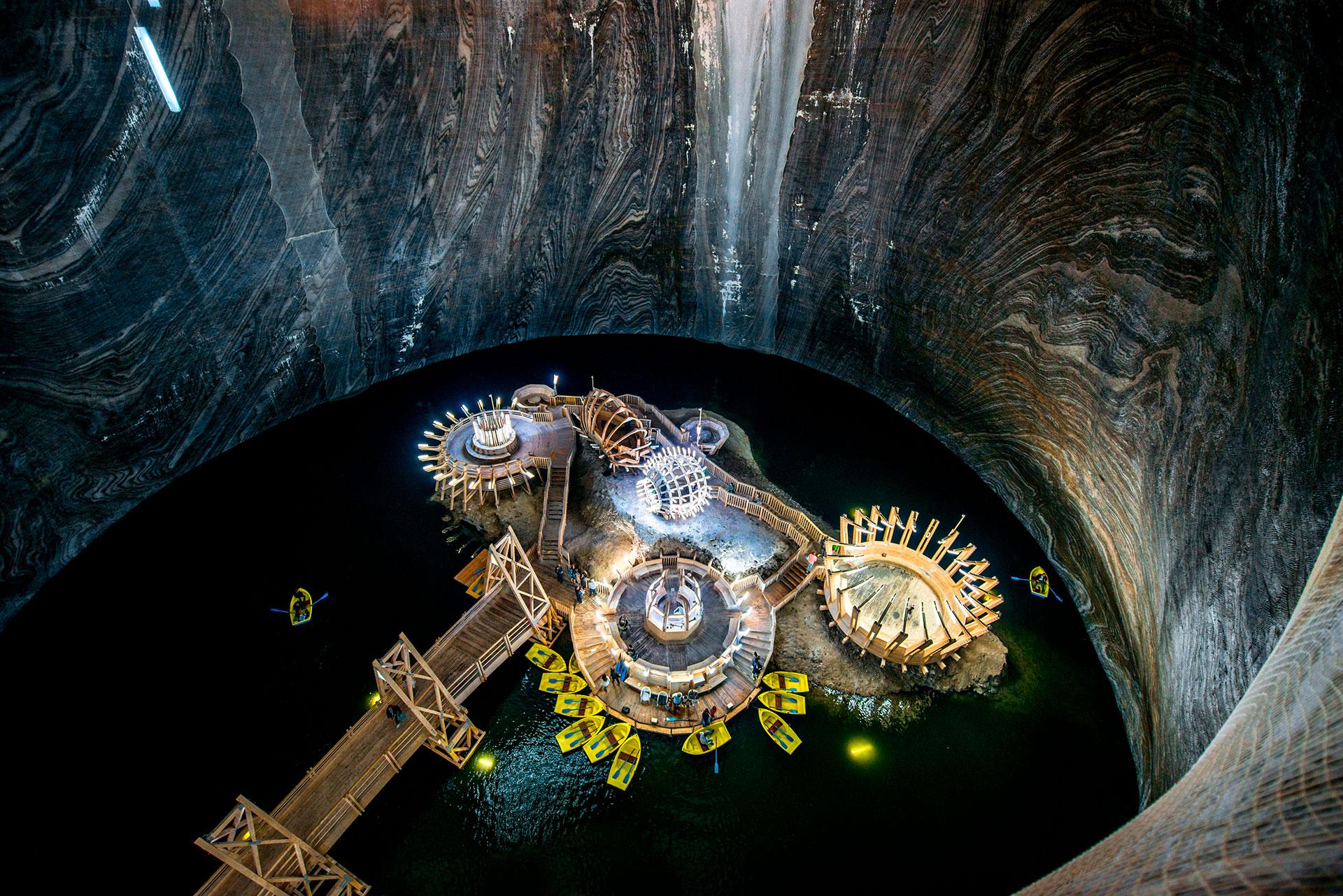 Después de descender por una serie de túneles estrechos y estrechos, los visitantes emergen en una plataforma alta con vistas a la caverna principal