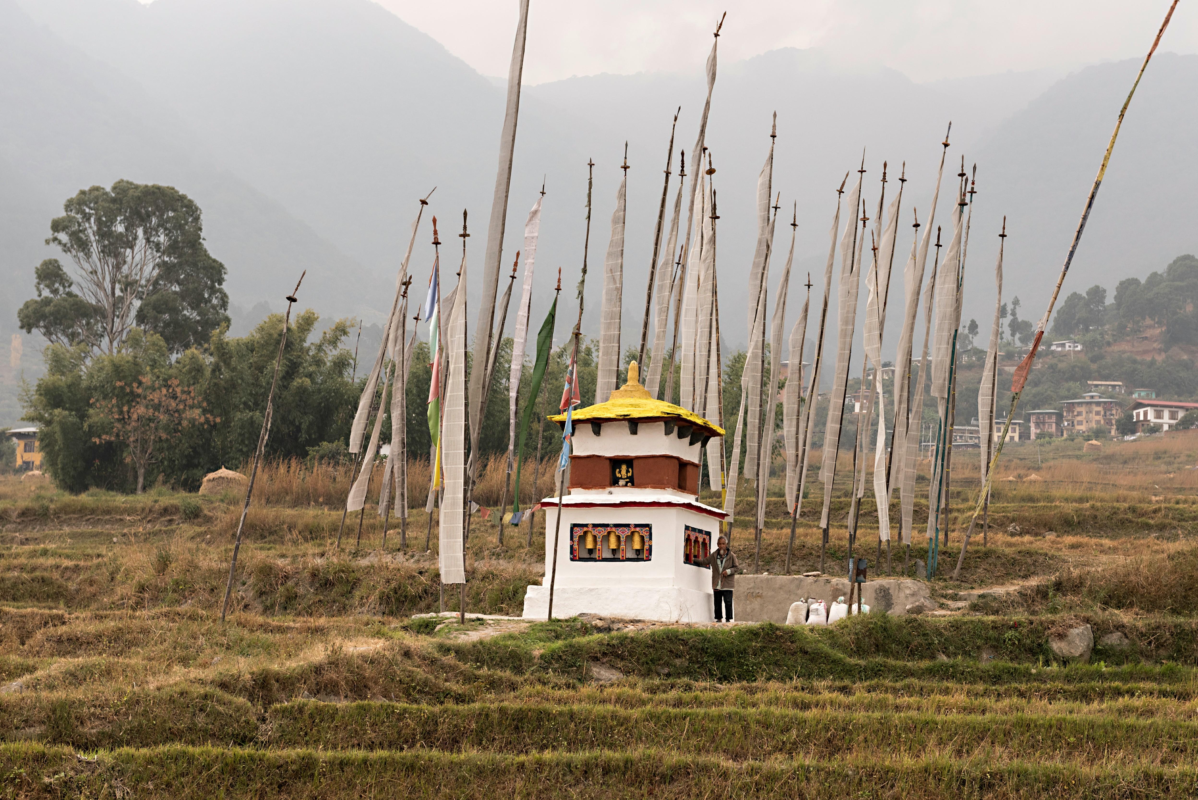 Las estupas son monumentos espirituales que generan paz y tranquilidad. Estos atributos son tan importantes para los butaneses que dichas construcciones se levantan en numerosos y diversos lugares, como por ejemplo en medio de un campo de arroz