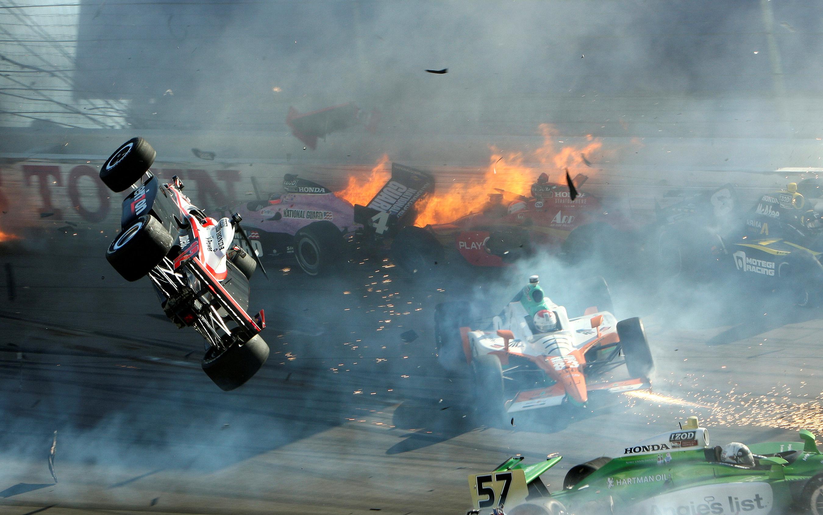 El auto de carreras del piloto Will Power (L) se desplaza por el aire durante la carrera del Campeonato Mundial IZOD IndyCar en el Las Vegas Motor Speedway de Nevada, EE.UU., el 16 de octubre de 2011 (REUTERS/Barry Ambrose)