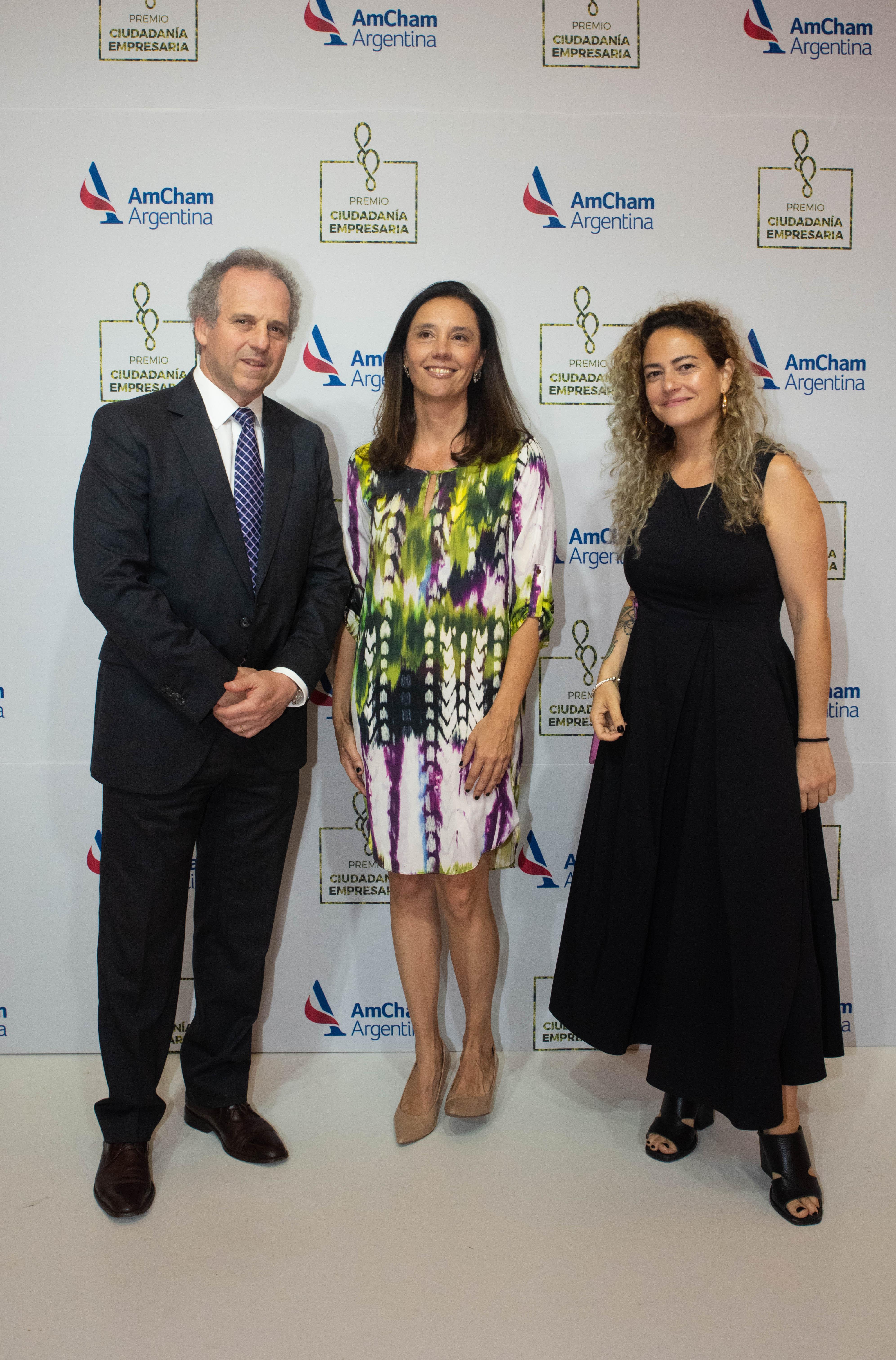 Roberto Alexander junto a Florencia Salvi y Ornella Basilotta, fundadora de Fracking BackPack .
