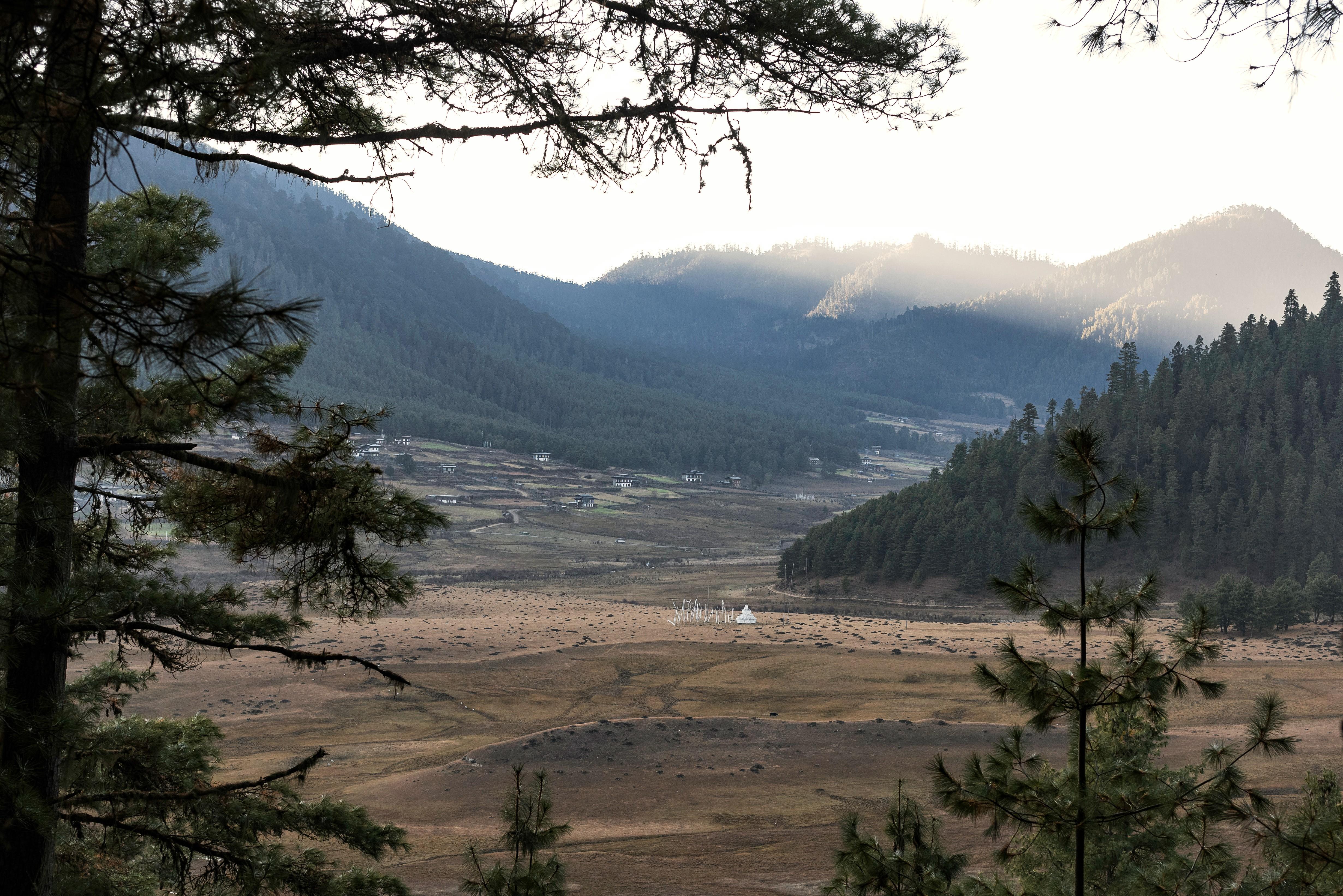 Algunas poblados se asientan en las afueras de las ciudades. En la imagen se puede ver el Valle de Phobjikha