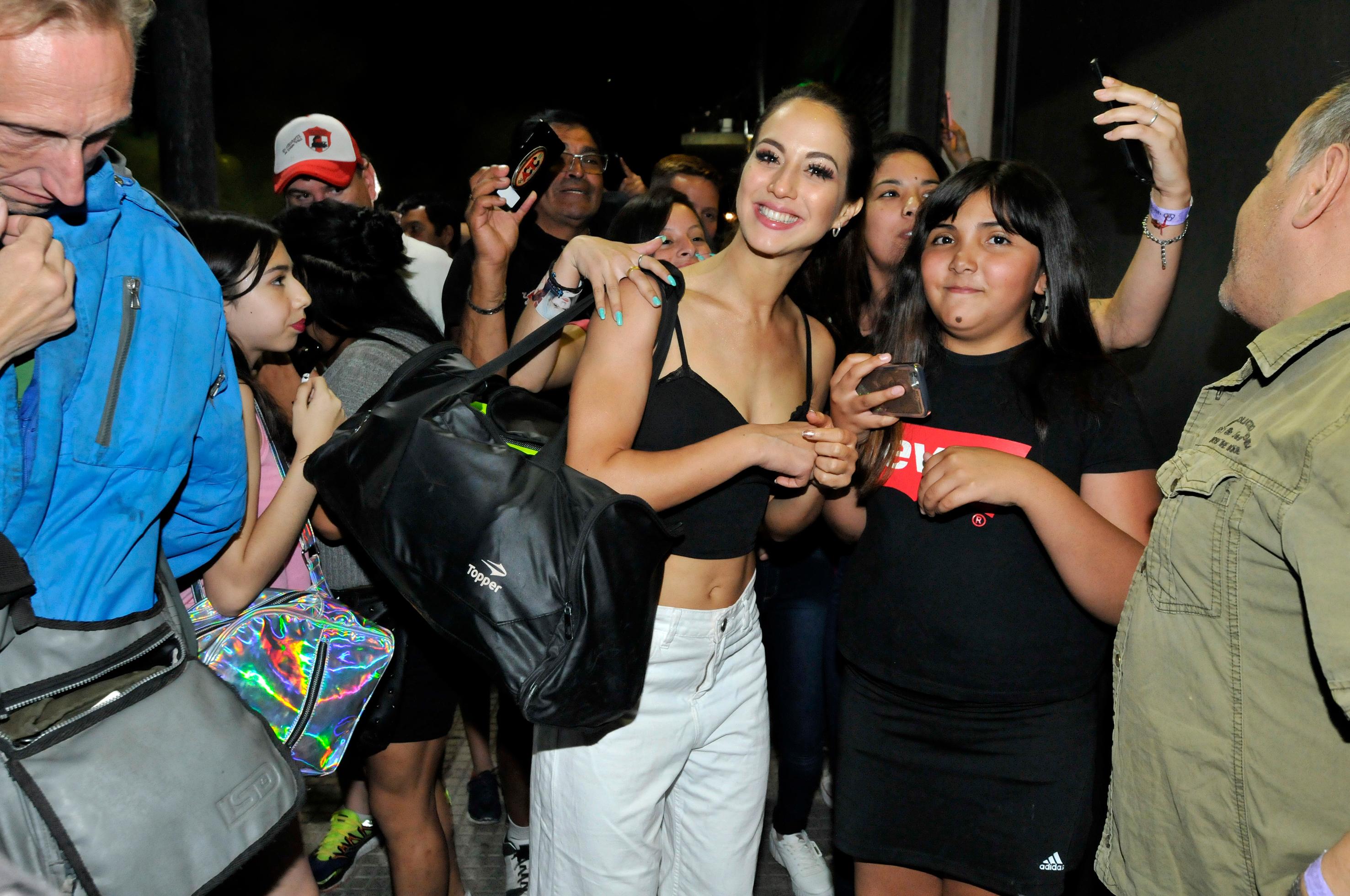 Flor Vigna posa con una fan