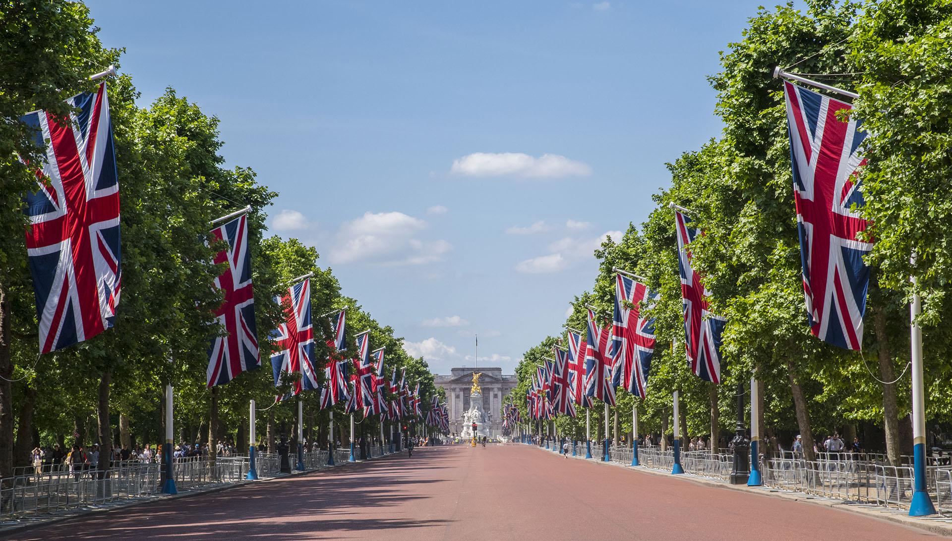 El Palacio de Buckingham es la residencia de la Familia Real Británica en Londres desde 1837. Actualmente, es el lugar de residencia de la reina Isabel II