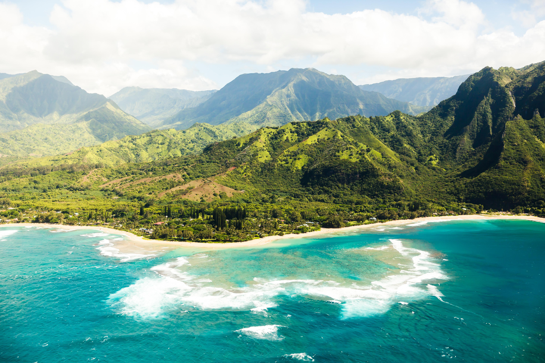 Tunnels Beach es un paraíso de esnórquel y buceo que se encuentra en la impresionante isla de Kauai, Hawai. No solo es el hogar de un arrecife de coral tan grande que se puede ver desde el espacio, sino que también alberga una serie de túneles submarinos vírgenes
