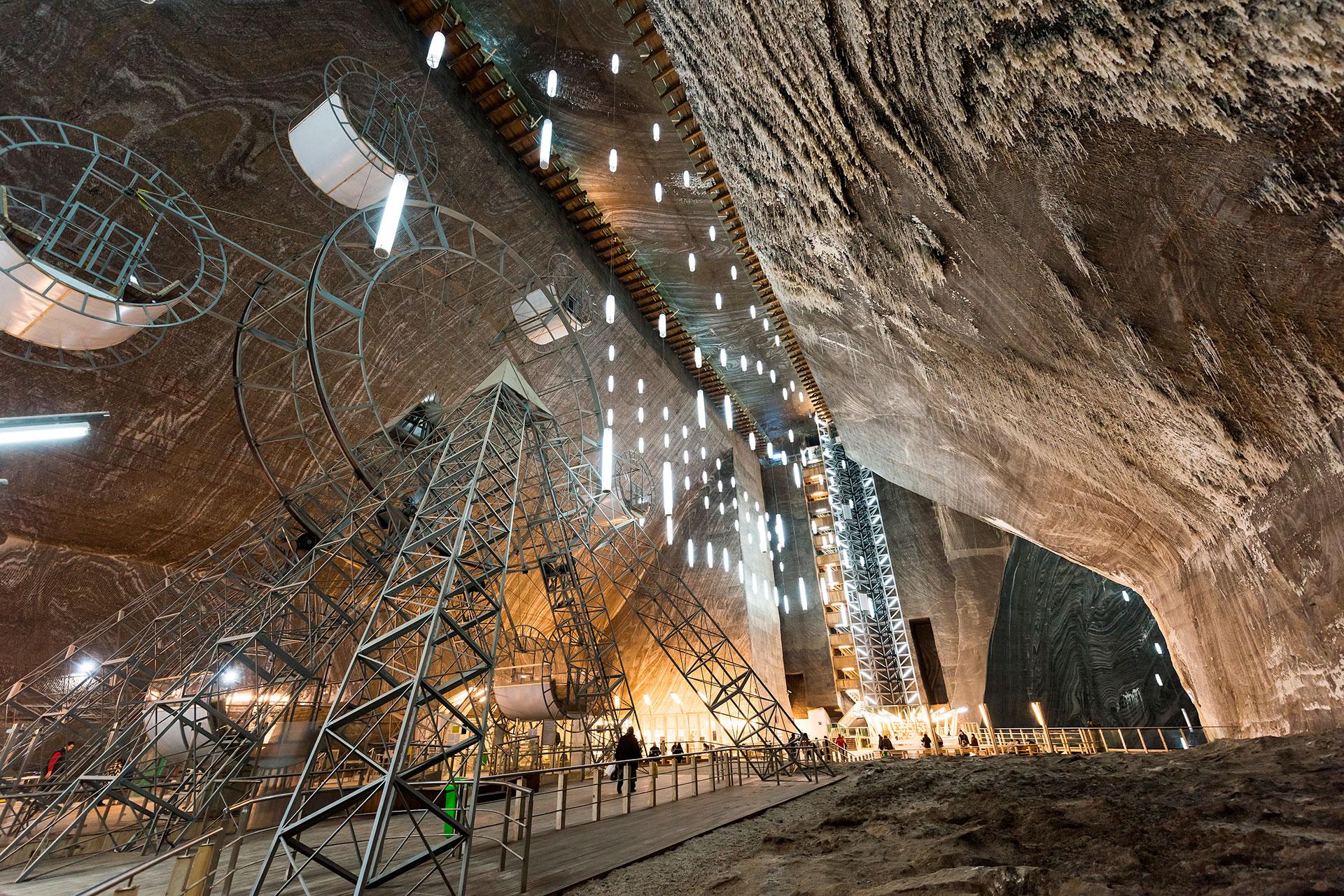 Las estalactitas cuelgan del techo de mármol, mientras que los viejos carros y sistemas de poleas recuerdan el admirable trabajo agotador de los mineros