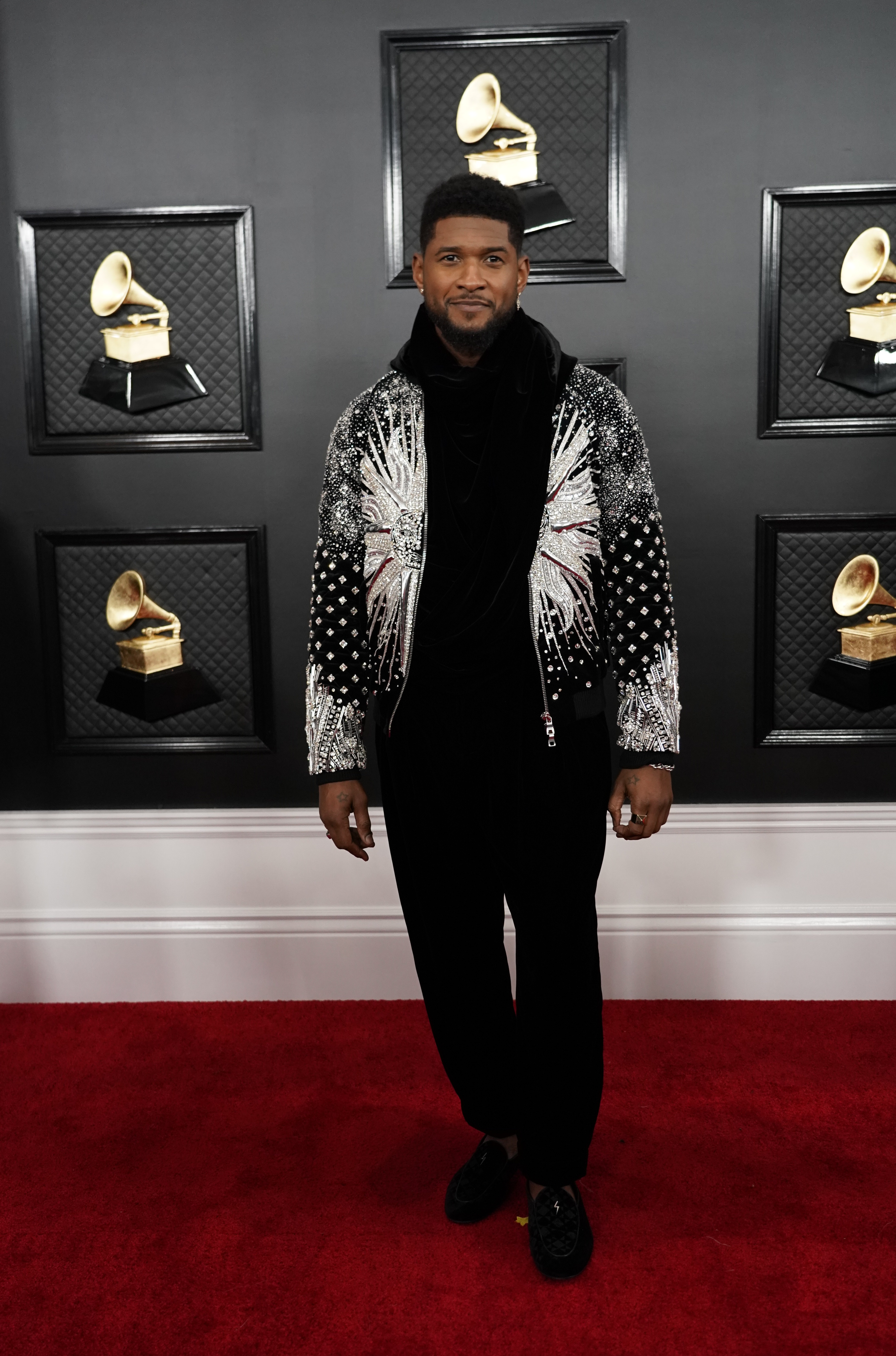 El rapero Usher lució un total black look pero para cortar apostó a una bomber bordada en blanco y negro con flores con cristales y piedras