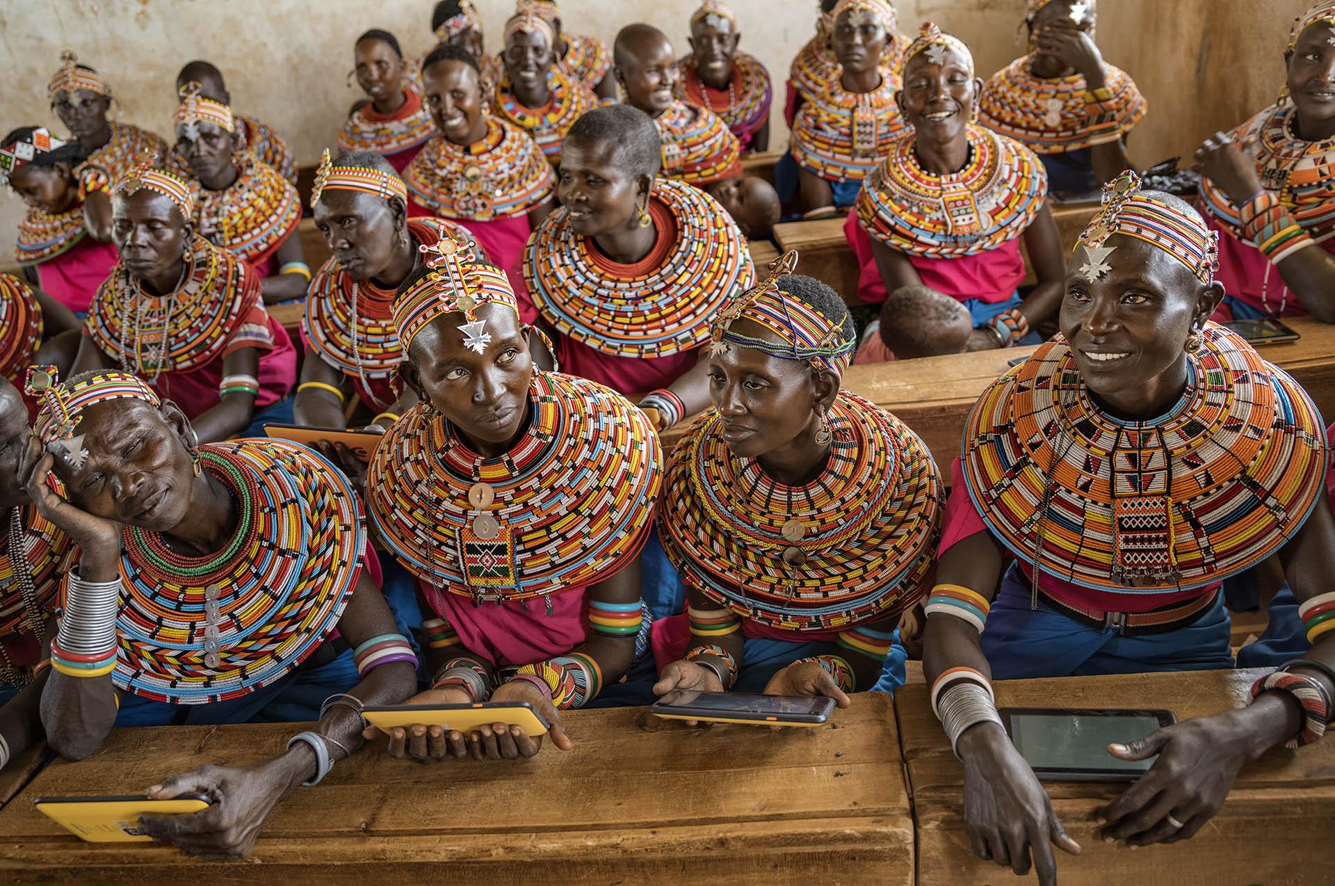 La muestra —se podrá ver en la Usina del Arte desde el 7 de febrero hasta el 24 de marzo— está dividida en seis ejes que evocan diferentes emociones: alegría, belleza, amor, sabiduría, fortaleza y esperanza. En la fotografía, mujeres del pueblo samburu, portando vestimenta tradicional, se reúnen en un aula al norte de Nairobi, Kenya, para aprender más sobre computadoras. Ciril Jazbec, 2017