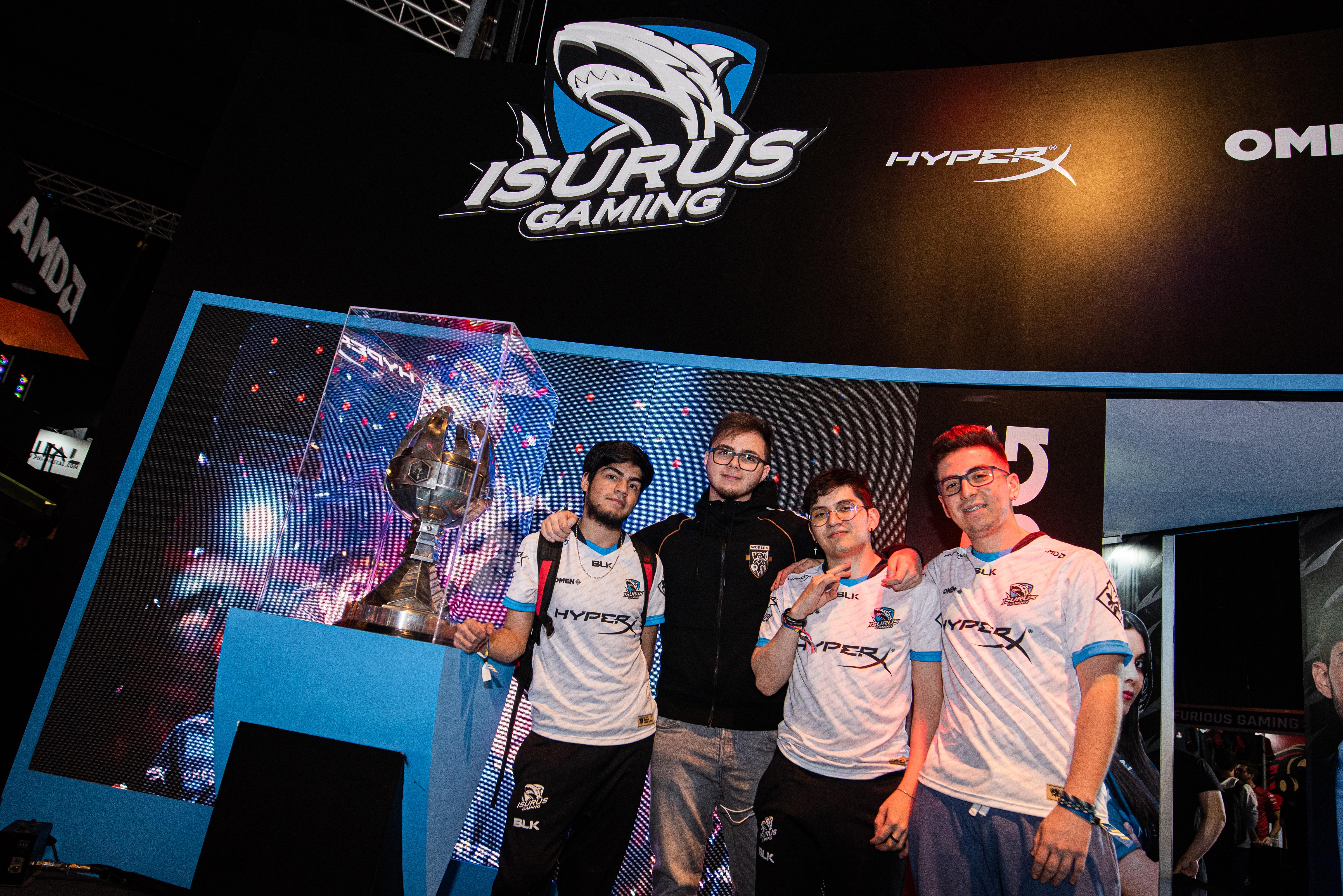 El equipo Isurus Gaming, con la Copa LLA