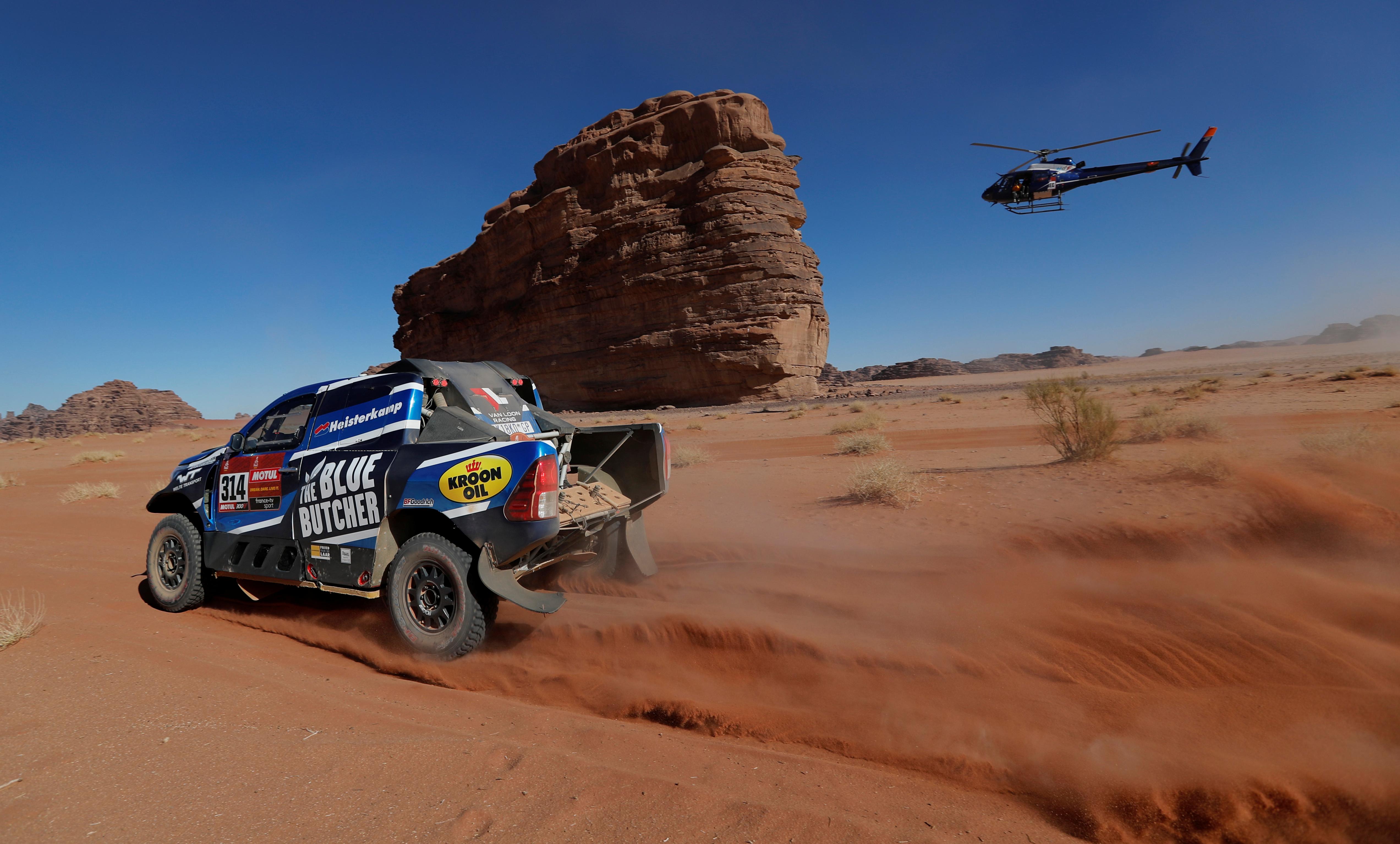En el tercer día de competencia del rally más duro del mundo, también debieron retirarse los competidores de motos Olaf Harmsen, Paulo Gonçalves, Martien Jimmink y Adrien van Beveren, quien sufrió un tremendo choque con su Yamaha y terminó con una fractura en la clavícula derecha y un hematoma en la cadera. Parece que la versión árabe del Rally Dakar se presenta muy peligrosa para los pilotos que intentan adaptarse al nuevo trazado tras una década compitiendo en suelo sudamericano