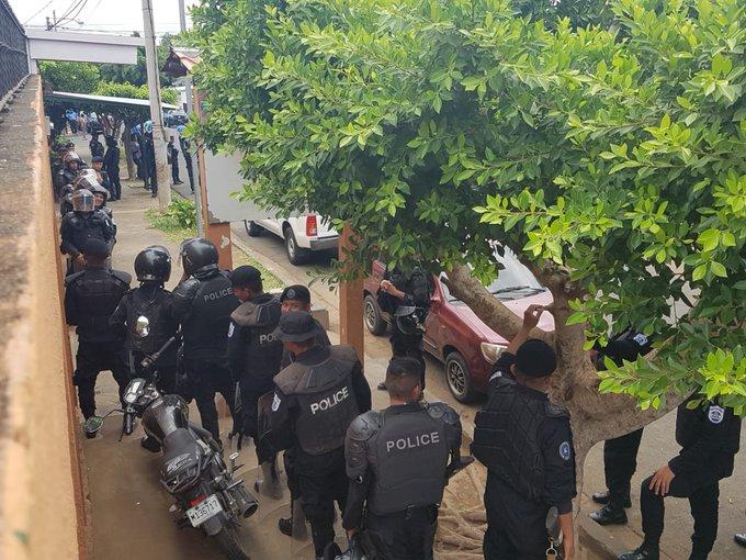 La policía del régimen de Ortega no dejó salir a las mujeres para marchar (Twitter: @AnaluAlvarezV)