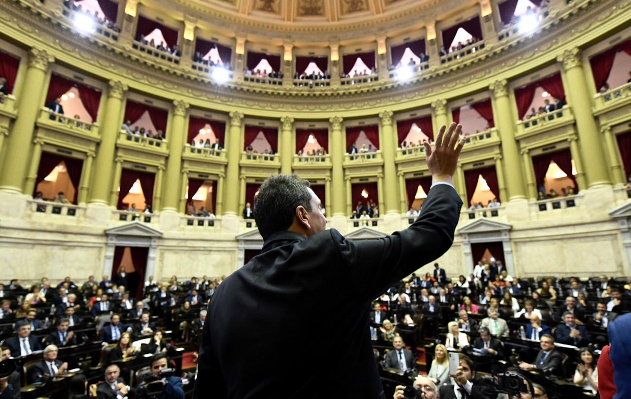 Sergio Massa saluda al recinto tras ser designado como presidente de la Cámara de Diputados.