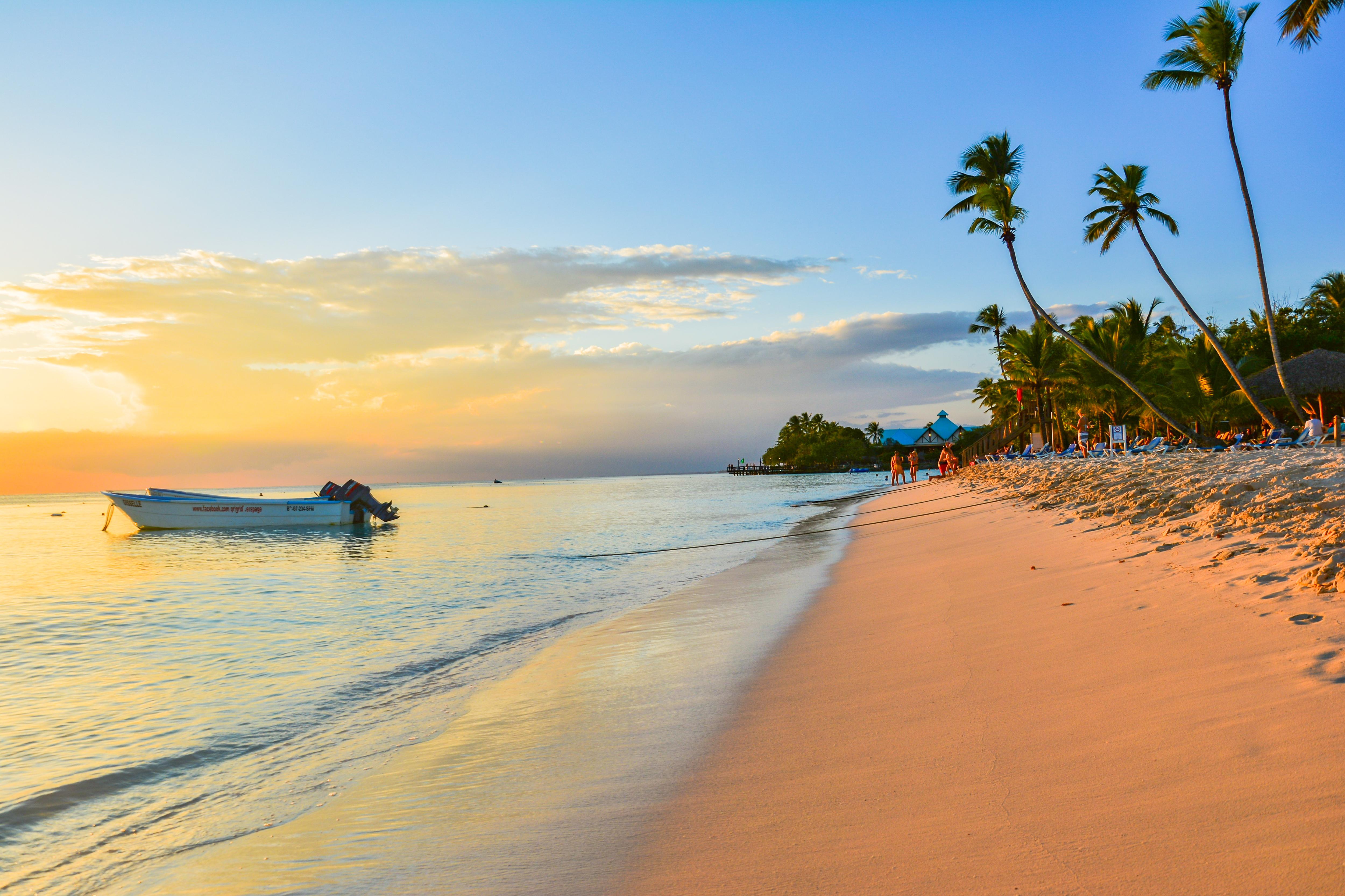 Punta Cana está repleta de resorts con todo incluido. Los viajeros pueden practicar kayak, tirolesa, vela y windsurf