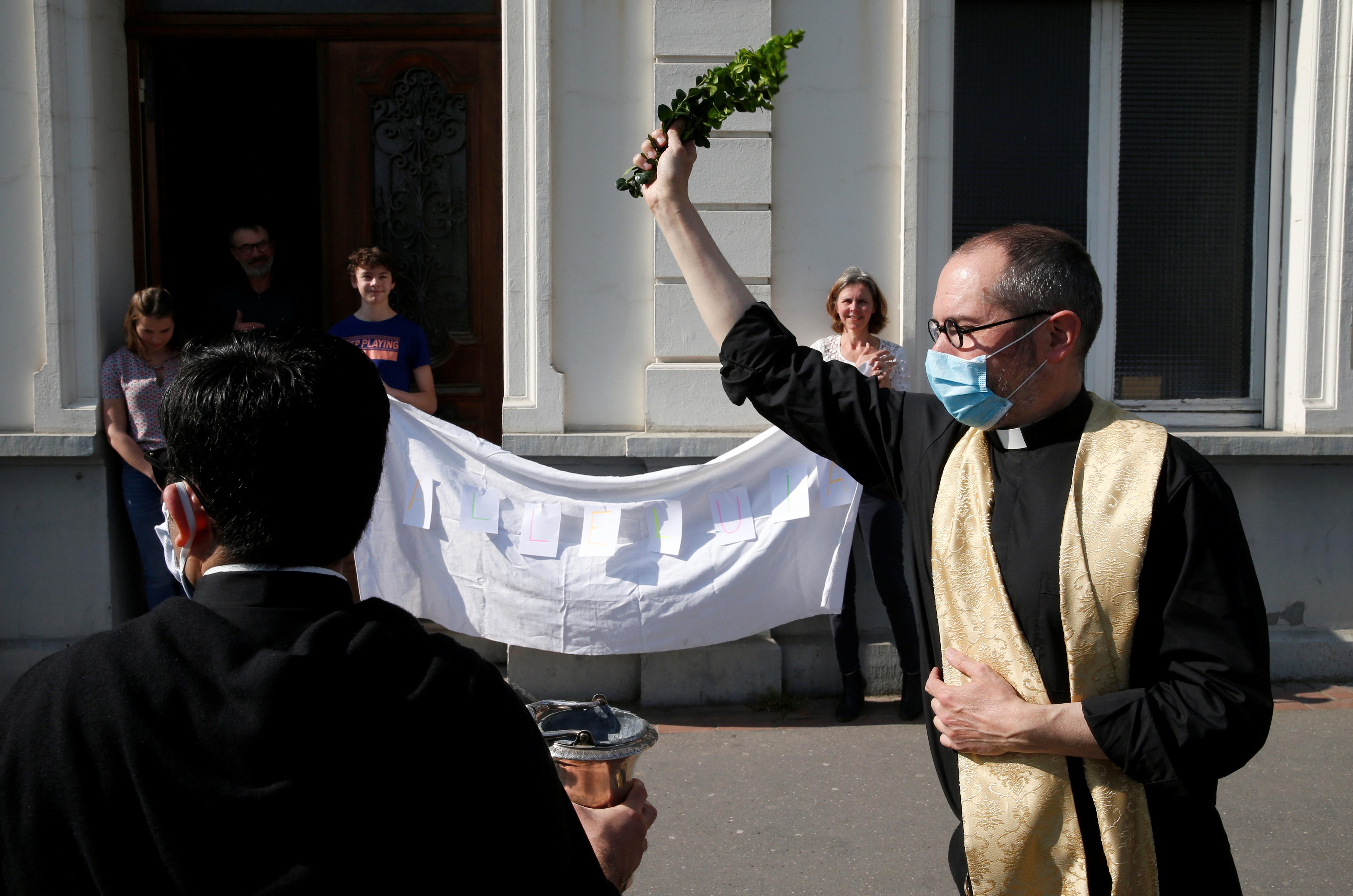 El padre Nicolás Van Lathem en las jornadas de celebración por Pascuas en Arras, Francia