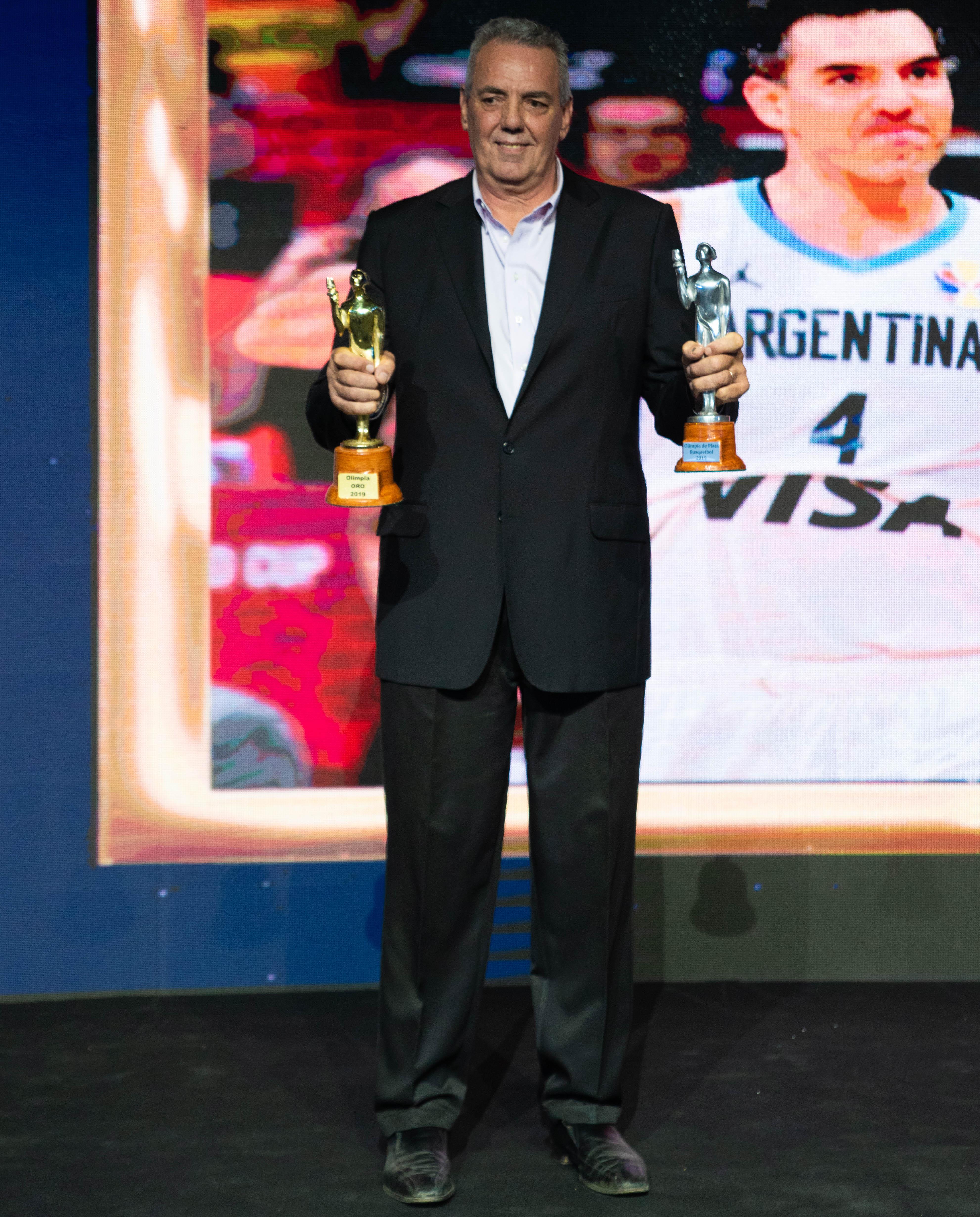 El papa de Luis Scola, con el Olimpia de plata y el de oro