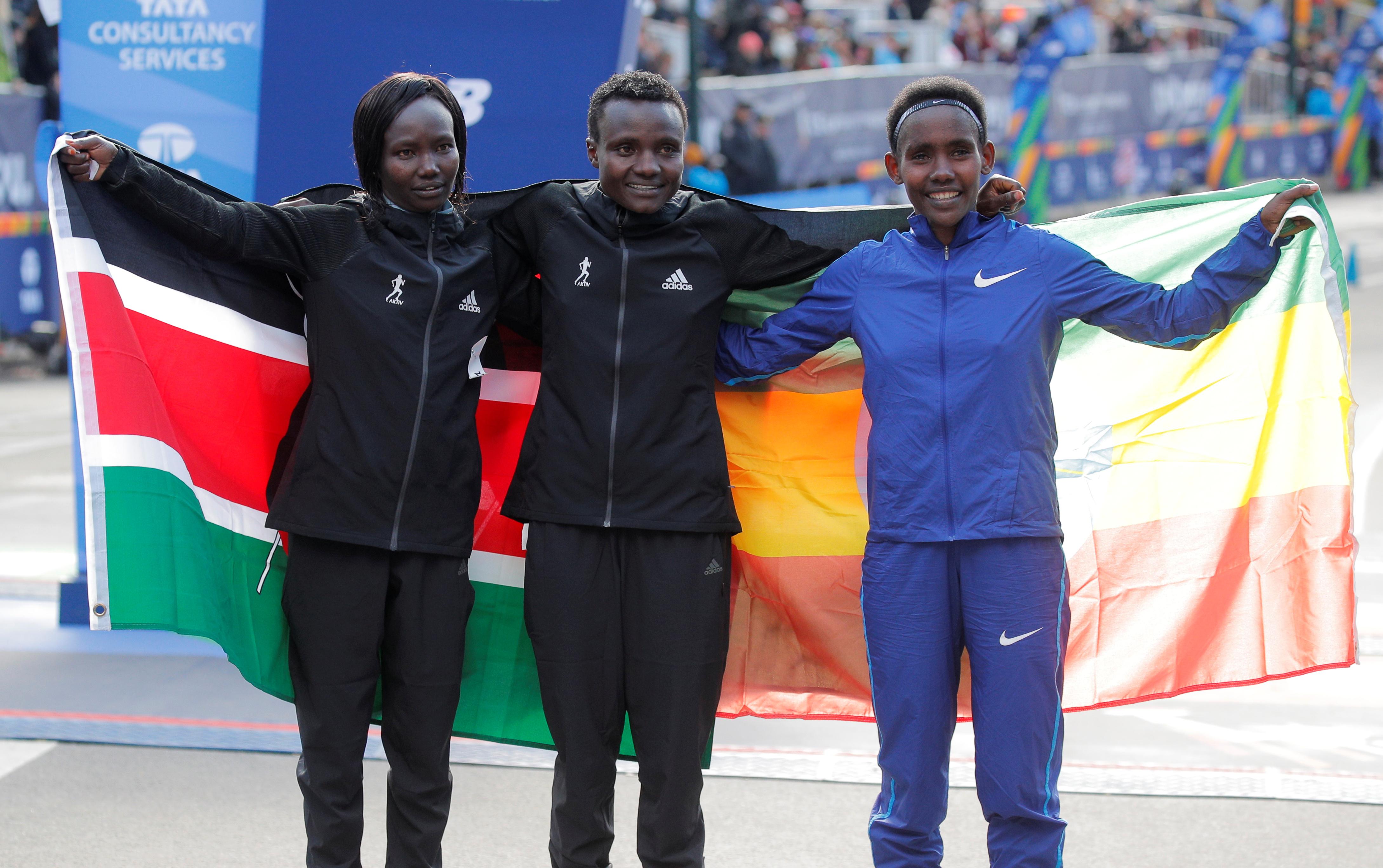 Las dueñas del podio: Mary Keitany (segunda), Joyciline Jepkosgei (campeona) y Ruti Aga (tercera)