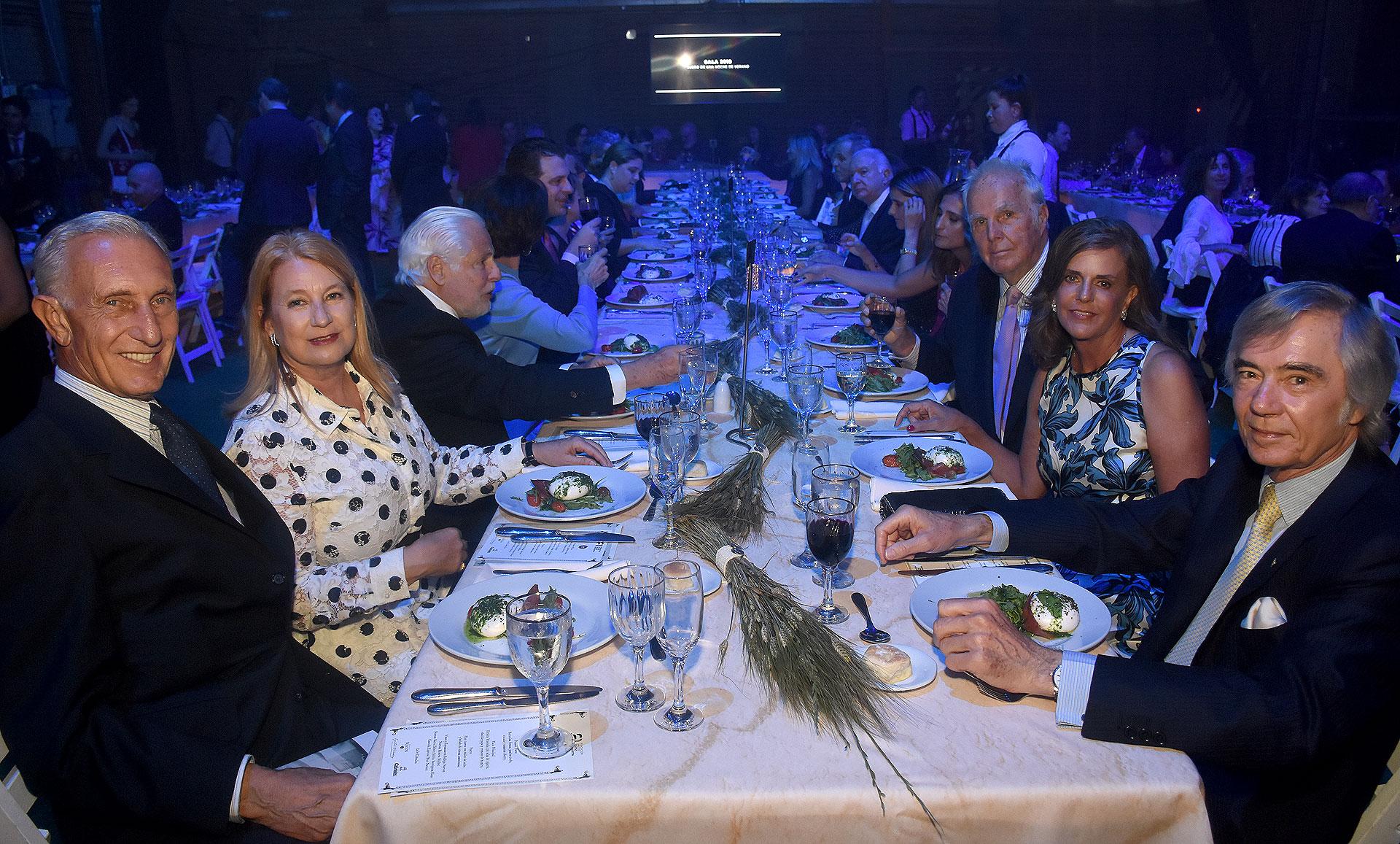 Jorge Neuss y su mujer Silvia Saravia de Neuss compartieron la mesa con Charlie Blaquier y su mujer, María Taquini de Blaquier