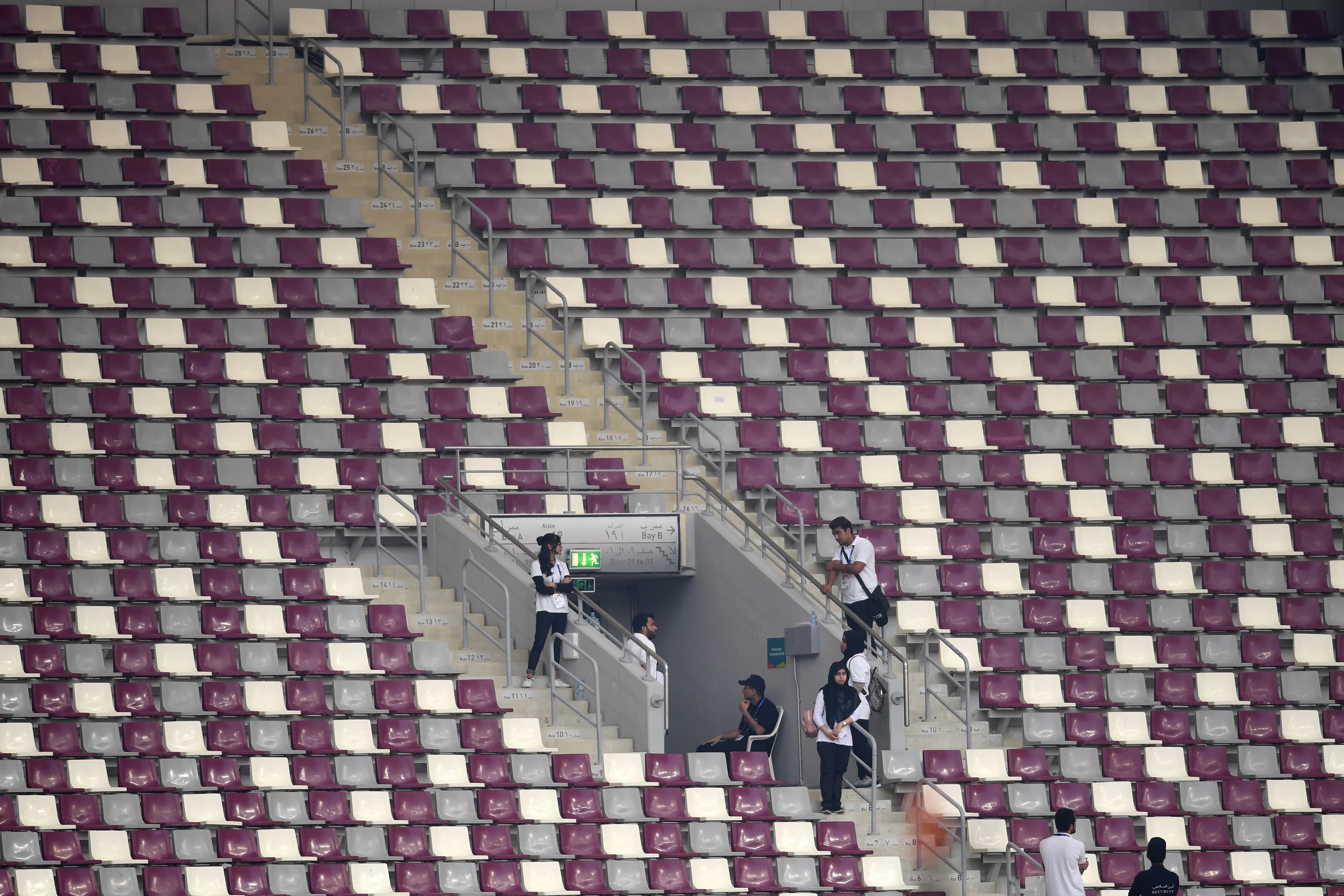 Una de las imágenes que más llama la atención es la falta de público en el estadio