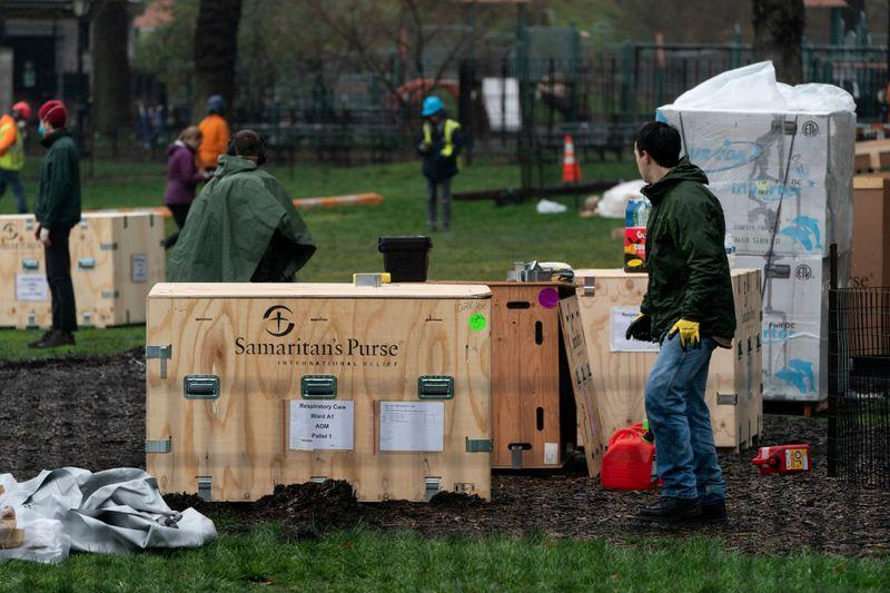 El personal de Samaritan's Purse establece un hospital de emergencia en East Meadow en el Central Park en la ciudad de Nueva York, EEUU. el 29 de marzo de 2020. REUTERS/Jeenah Moon