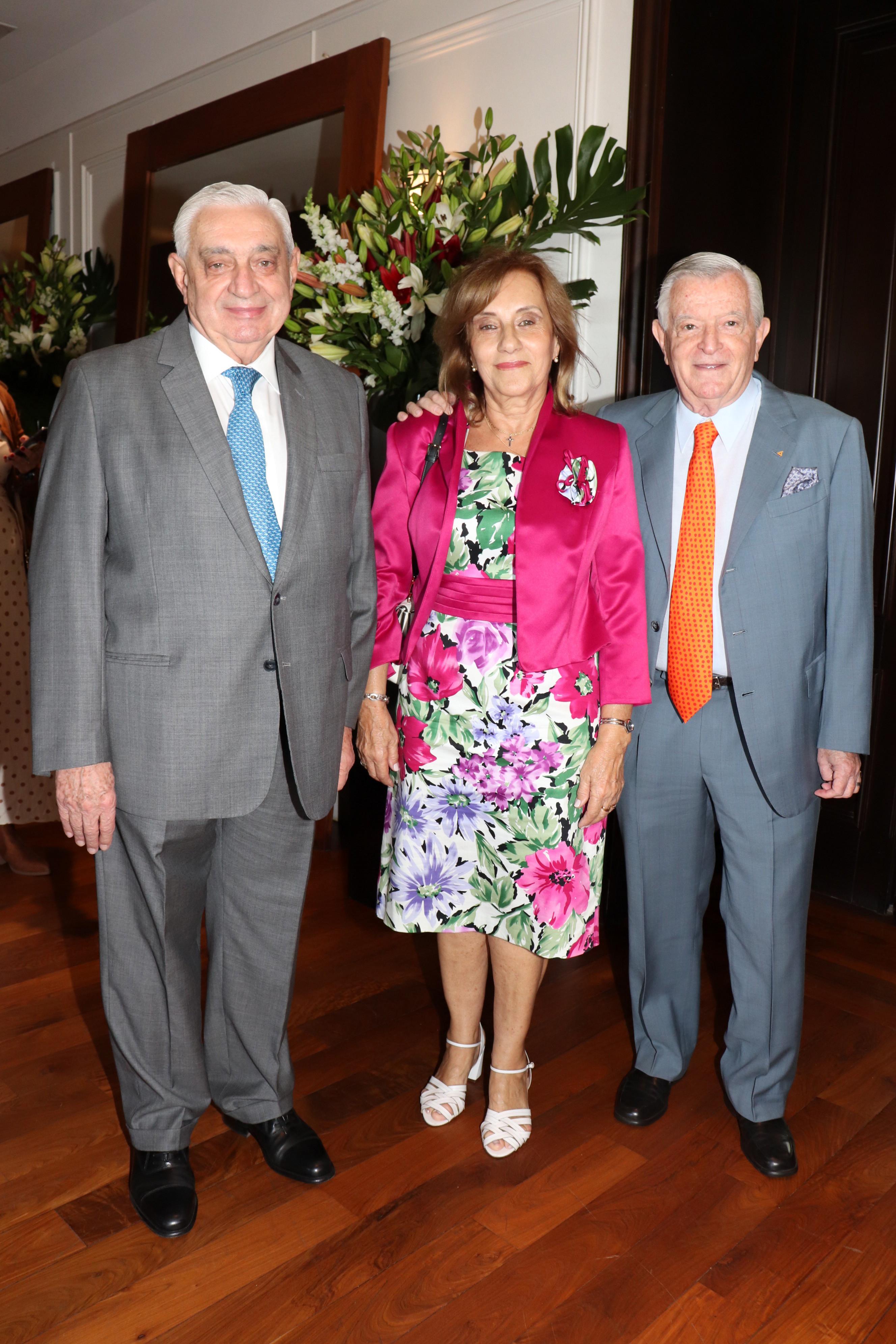 Adelmo Gabbi y su mujer junto a Juan Carlos Bagó